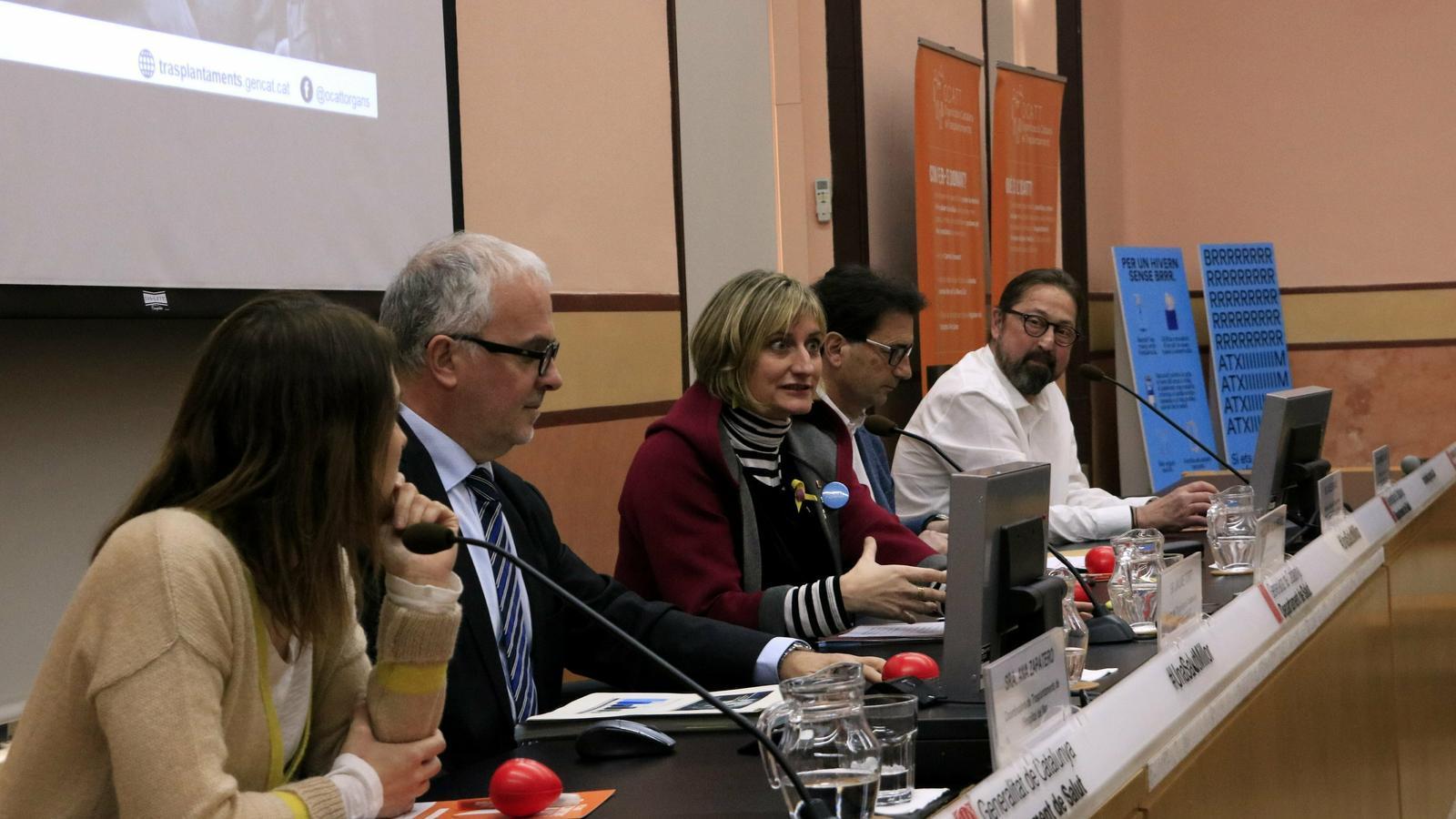 La consellera Alba Vergés amb la coordinadora de Trasplantaments de l'Hospital del Mar, Ana Zapatero; el director de l'OCATT, Jaume Tort; Carles Bravo, de l'equip de Trasplantament Pulmonar de Vall d'Hebron, i Armando Latorre, receptor de dos pulmons.