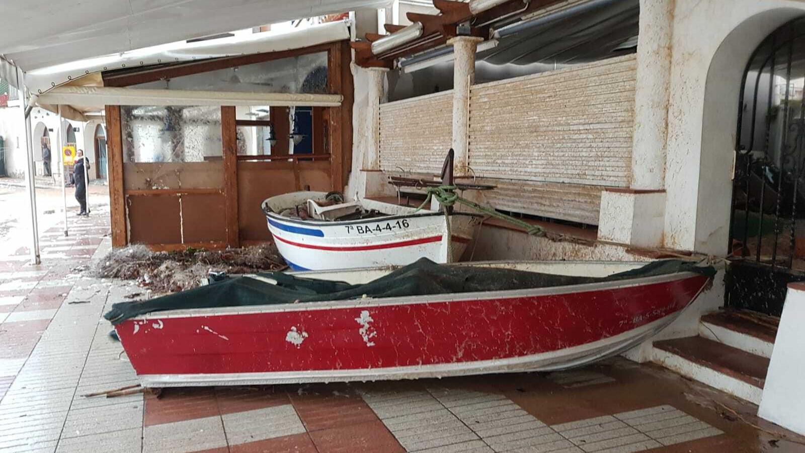 Dues barques a la terrassa d'un restaurant a Tossa a causa del temporal 'Gloria'.