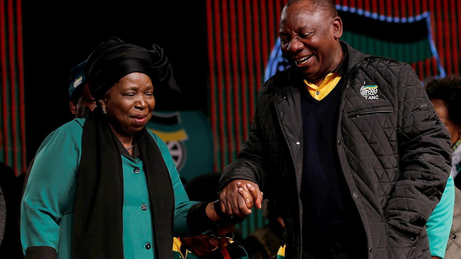 Els dos candidats amb més possibilitats de dirigir el partit, Dlamini-Zuma i Ramaphosa.