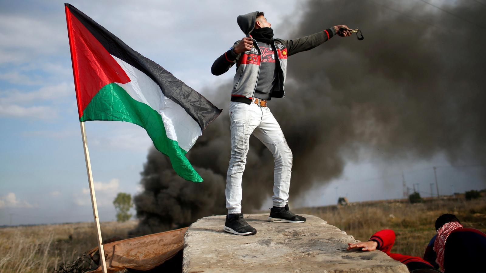Un manifestant palestí llança pedres contra les forces de seguretat israelianes el passat 15 de desembre a Gaza, prop de la frontera amb Israel