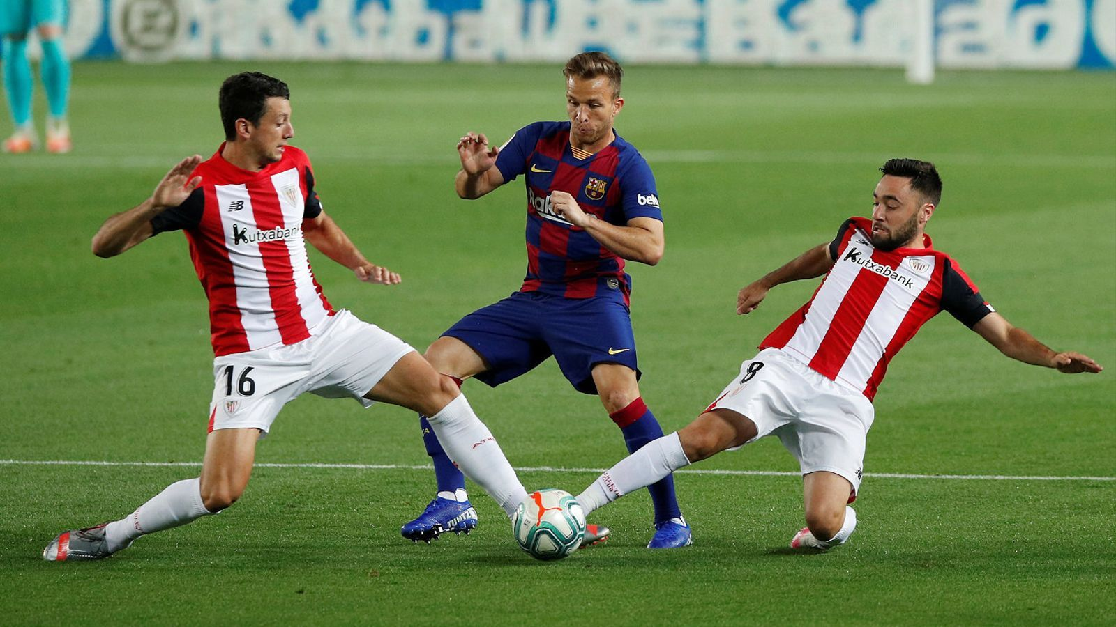 Arthur Melo intentant superar dos jugadors de l'Athletic dimarts.