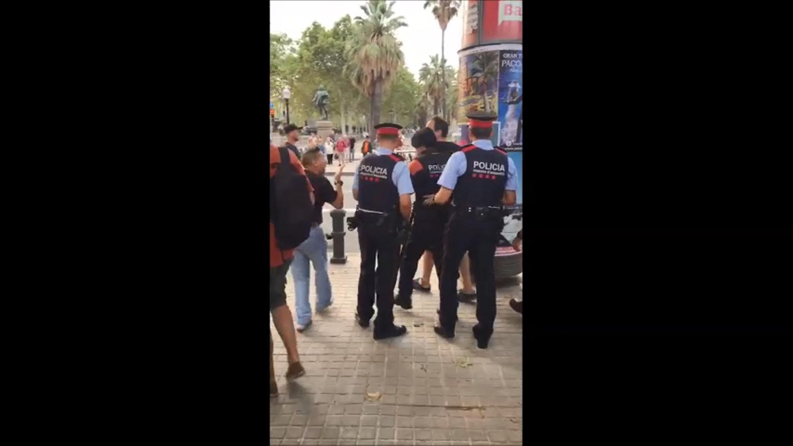 Un càmera de televisió ha de marxar de la Ciutadella protegit pels Mossos després de ser agredit