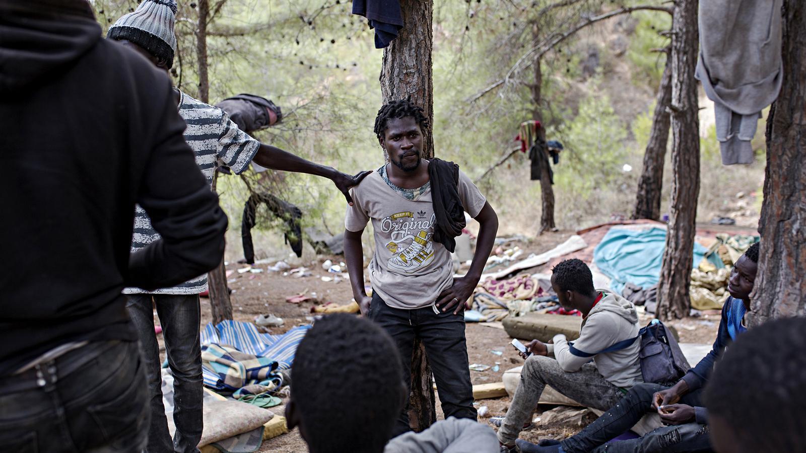 Migrantes se refugian en un bosque en Brenes.