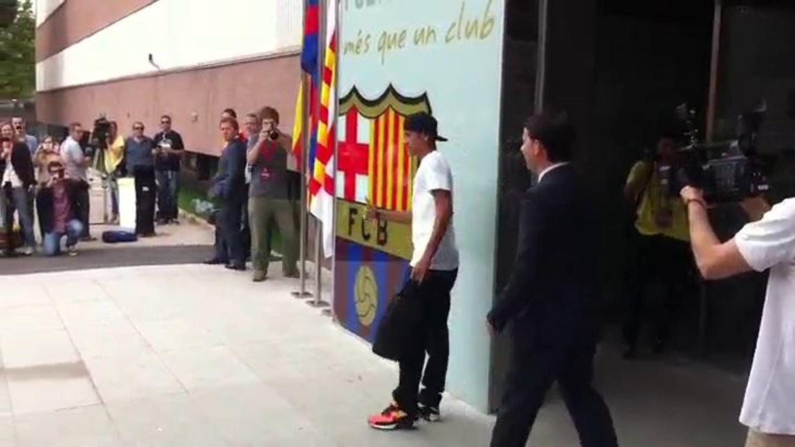 El vídeo de l'arribada de Neymar a les oficines del club
