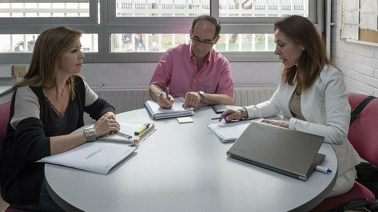 Una reunió entre una inspectora d'educació, el director sortint i la futura directora a l'Institut Joanot Martorell d'Esplugues de Llobregat. / MANOLO GARCÍA