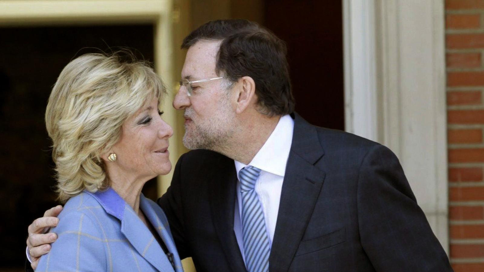 ESPANYA I LLIBERTAT  Són els dos pilars que repeteix sovint Aguirre per definir la seva política. L'espanyolitat queda clara en les polseres que llueix sempre.