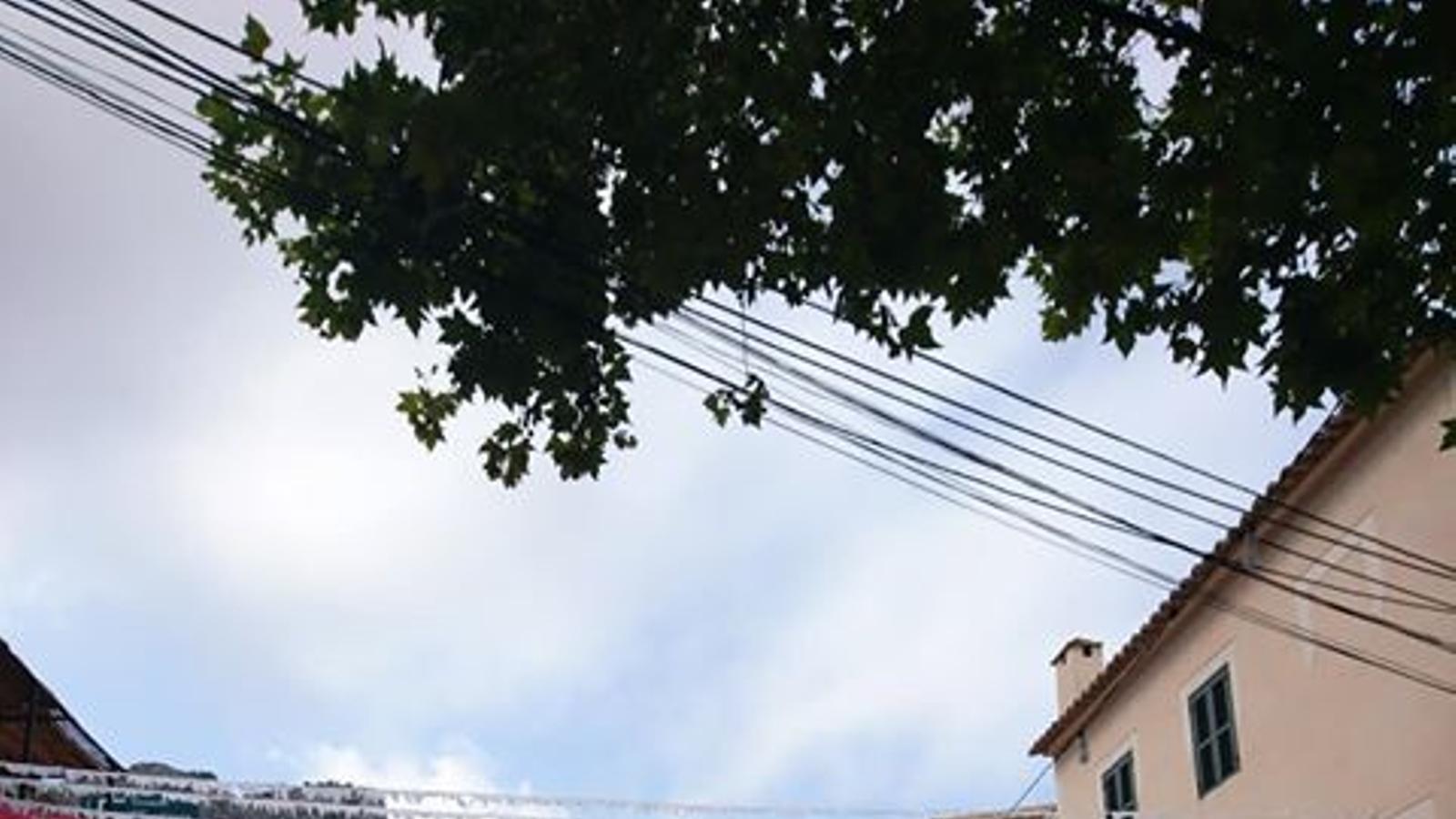 L'Ajuntament d'Estellencs requisa el paperí groc d'engalanar els carrers a la comissió de festes