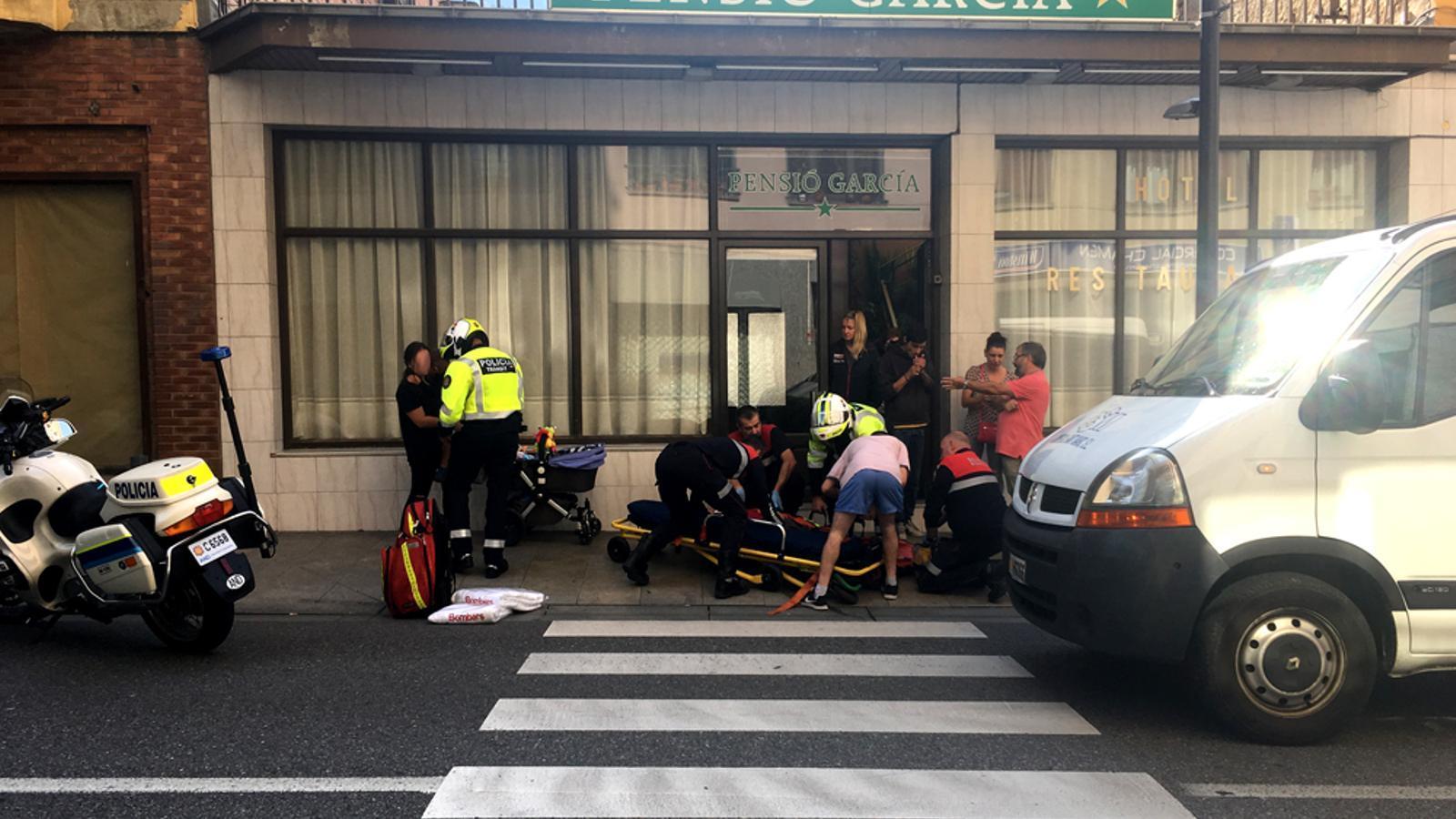 Els serveis d'emergències atenen el ferit al lloc dels fets. / M. T. (ANA)