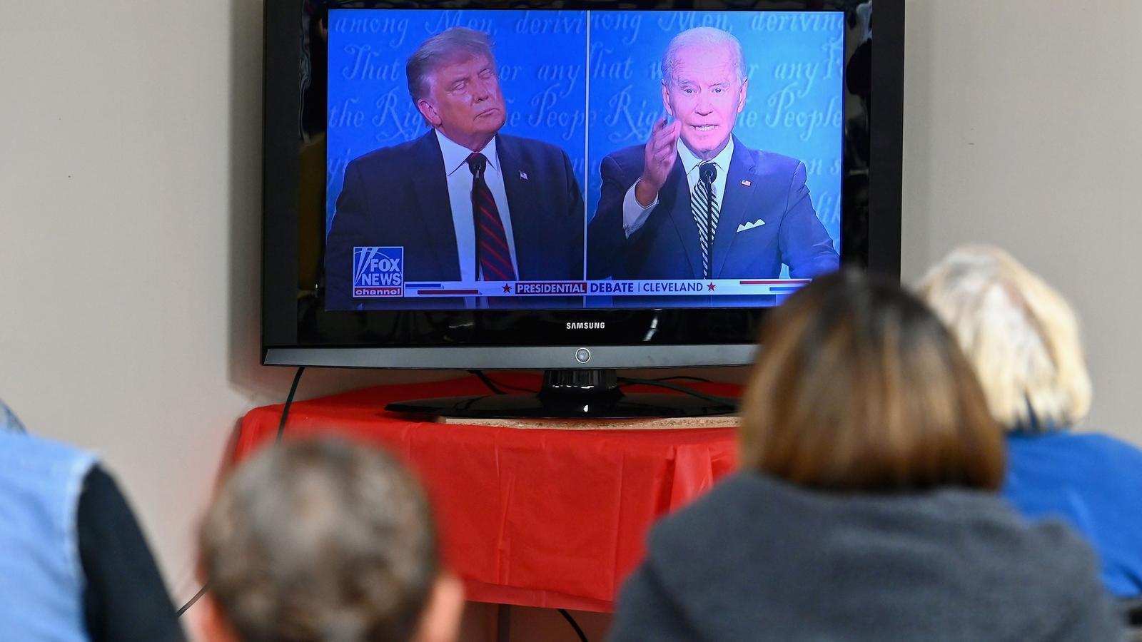 Espectadors seguint el primer debat electoral entre Donald Trump i Joe Biden del 2020.