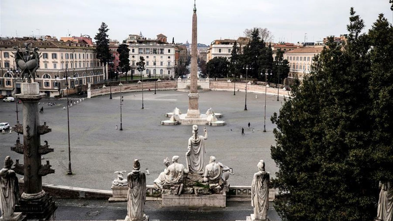 Una imatge de la Plaça del Poble de Roma inusualment buida a causa del confinament obligatori pel coronavirus