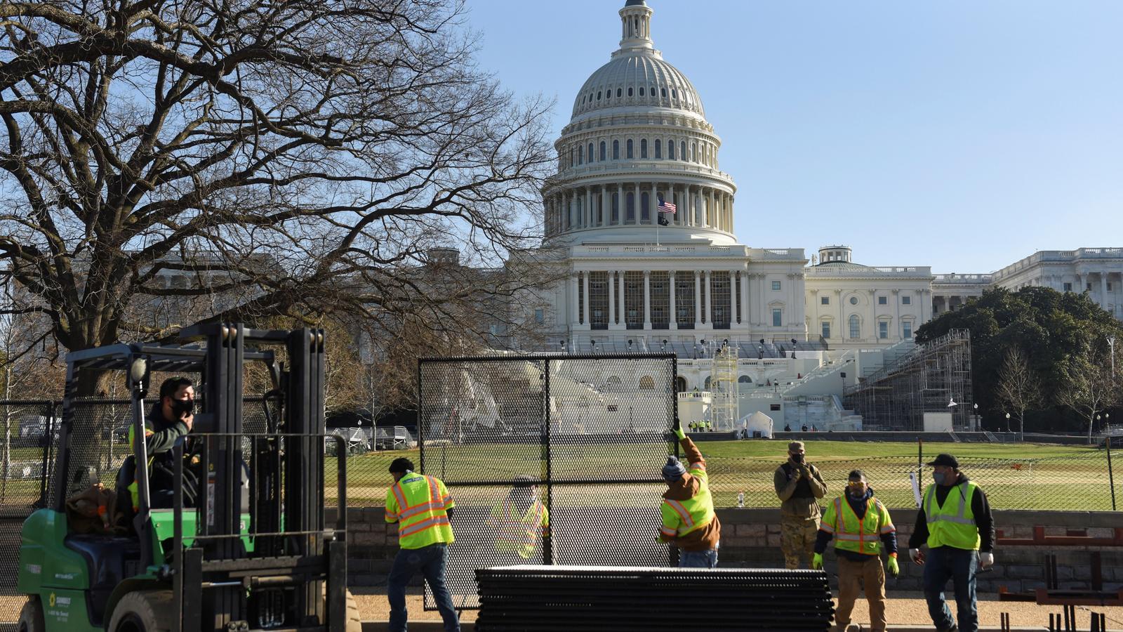 Treballadors instal·lant una tanca davant del Capitoli, aquest dijous