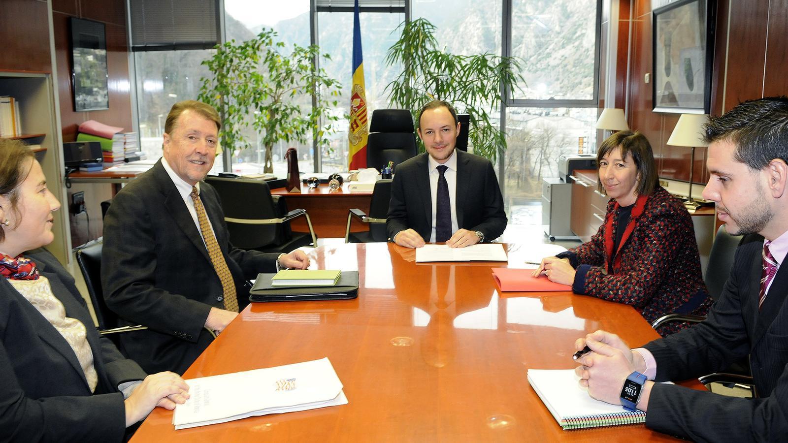 Espot es reuneix amb el c nsol d 39 afers pol tics dels for Ministre interior
