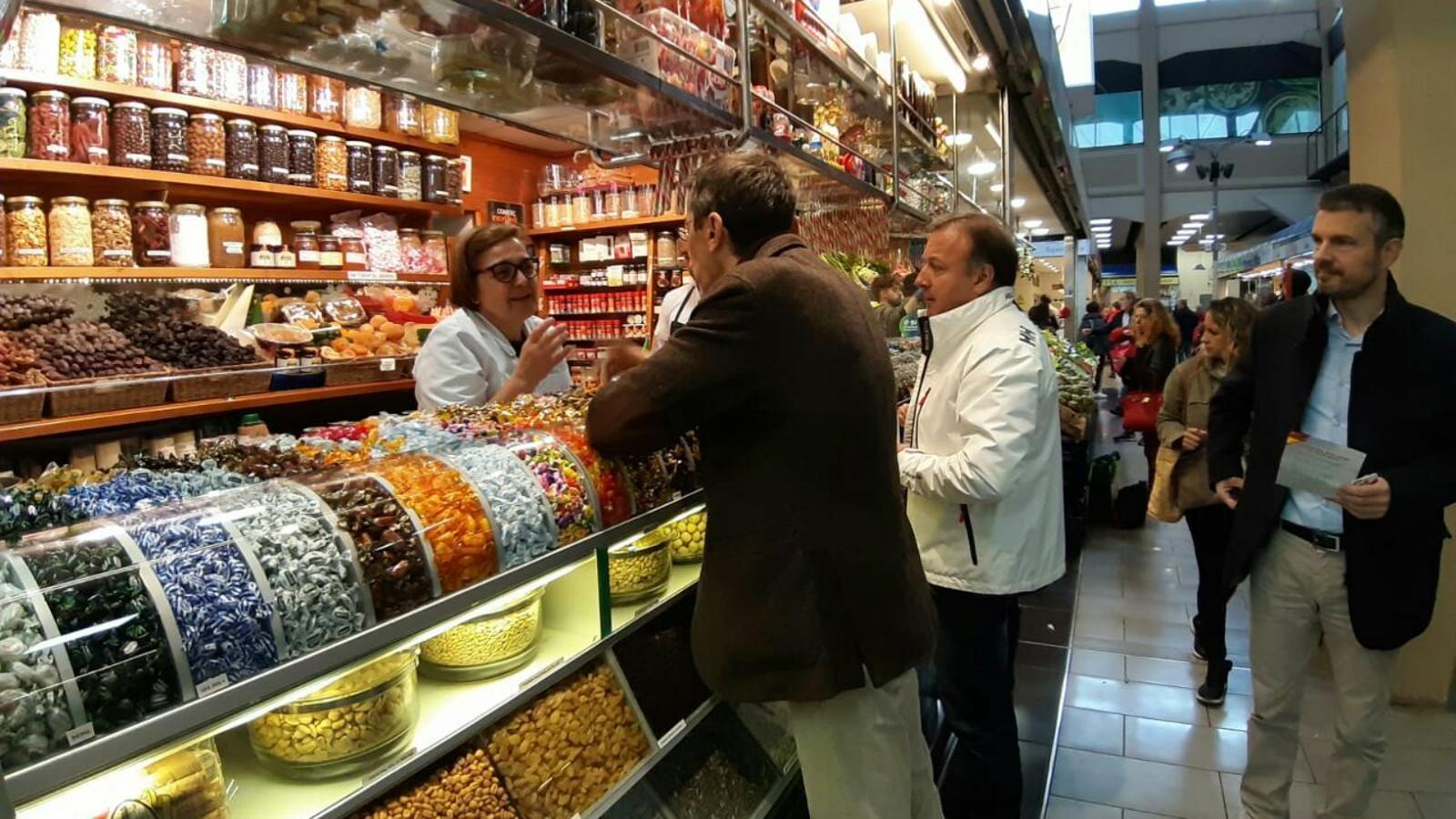 Joan Mesquida i Fernando Navaro al mercat de l'Olivar