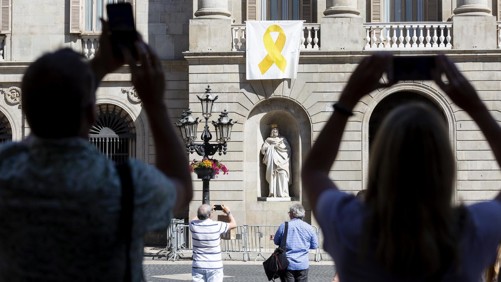 El llaç groc torna a penjar del balcó de l'Ajuntament de Barcelona