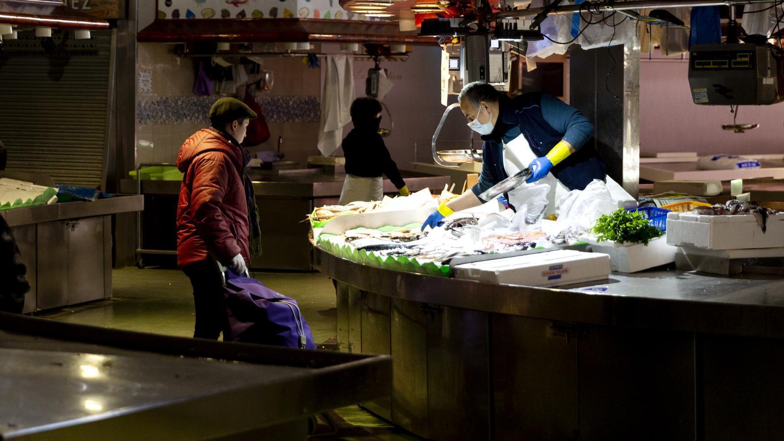 Una de les poques parades de peix que segueixen obertes a La Boqueria, desde que es va decretar l'estat d'alarma i el confinament