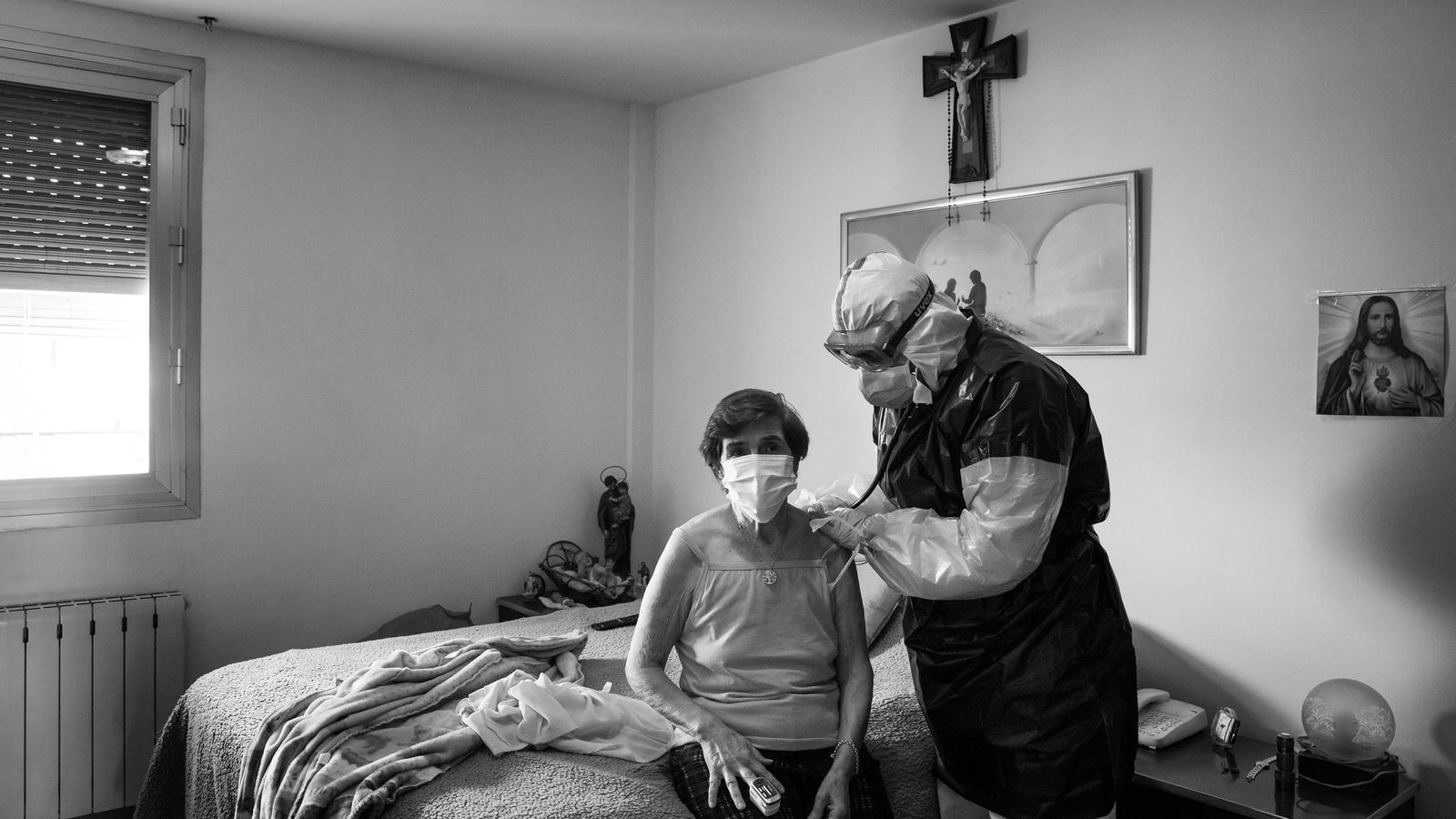 El doctor Rafael Pacheco del CAP de Bellvitge fent visita a domicili a la Carmen, possible contagiada, durant la pandemia del coronavirus,