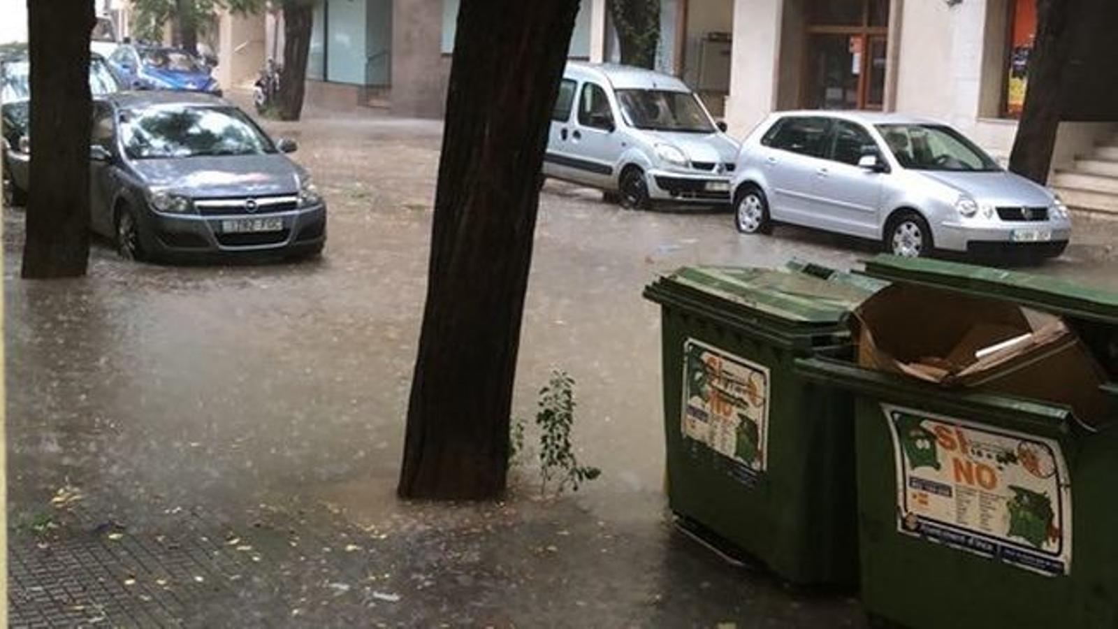 El temporal a Mallorca obliga a desviar cinc vols i provoca diverses inundacions