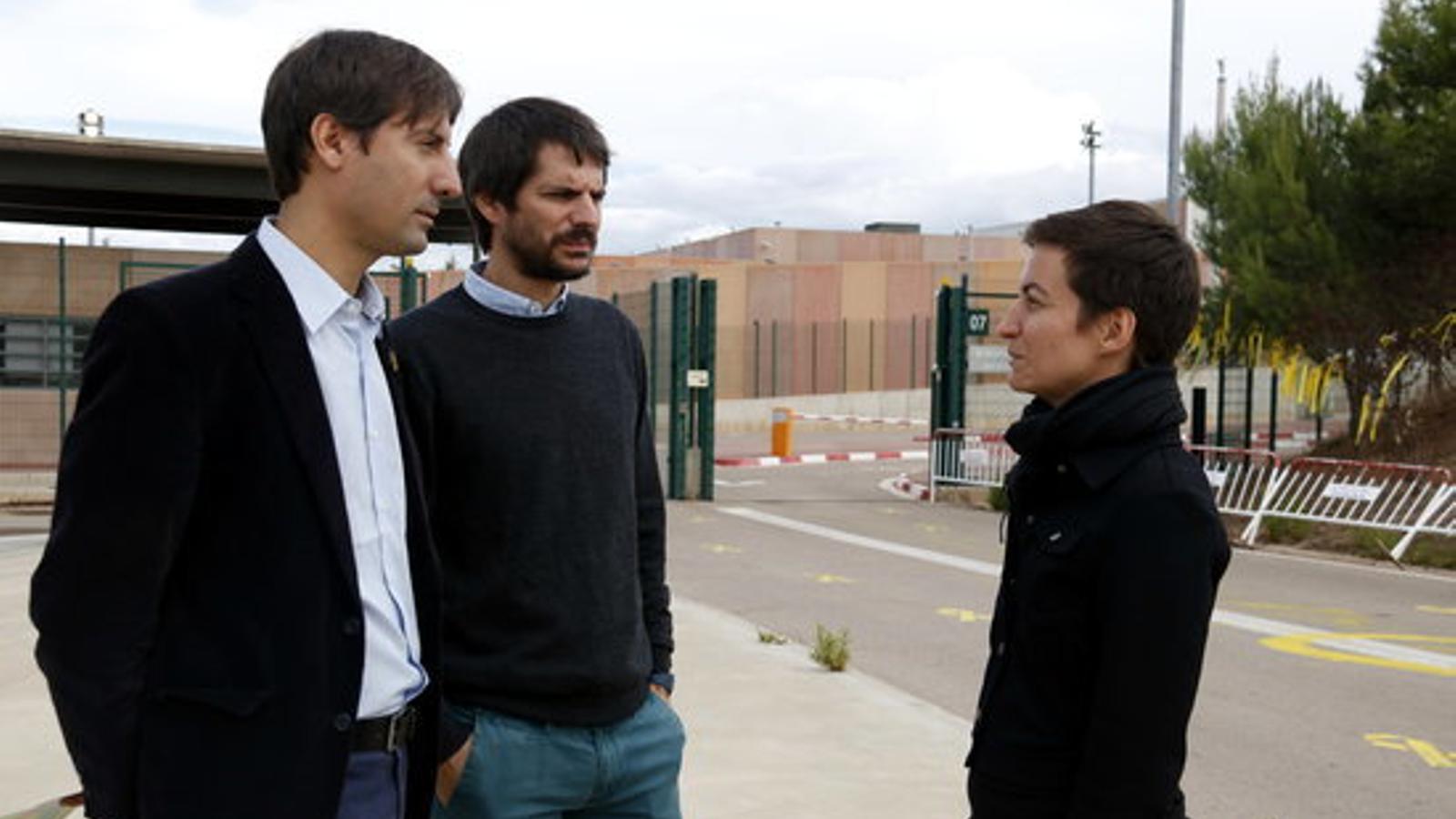 Ska Keller, acompanyada d'Ernest Urtasun (ICV) i Jordi Solé (ERC), a la sortida de la presó de Lledoners / GEMMA ALEMAN / ACN