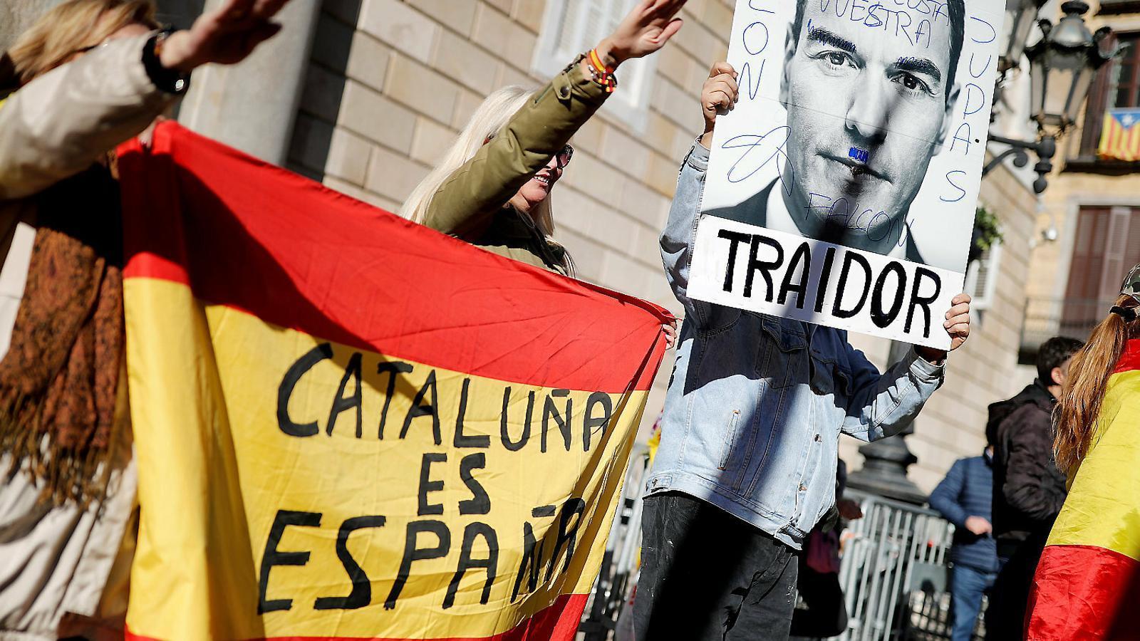 Simpatitzants de Vox fent la salutació feixista ahir a Barcelona.