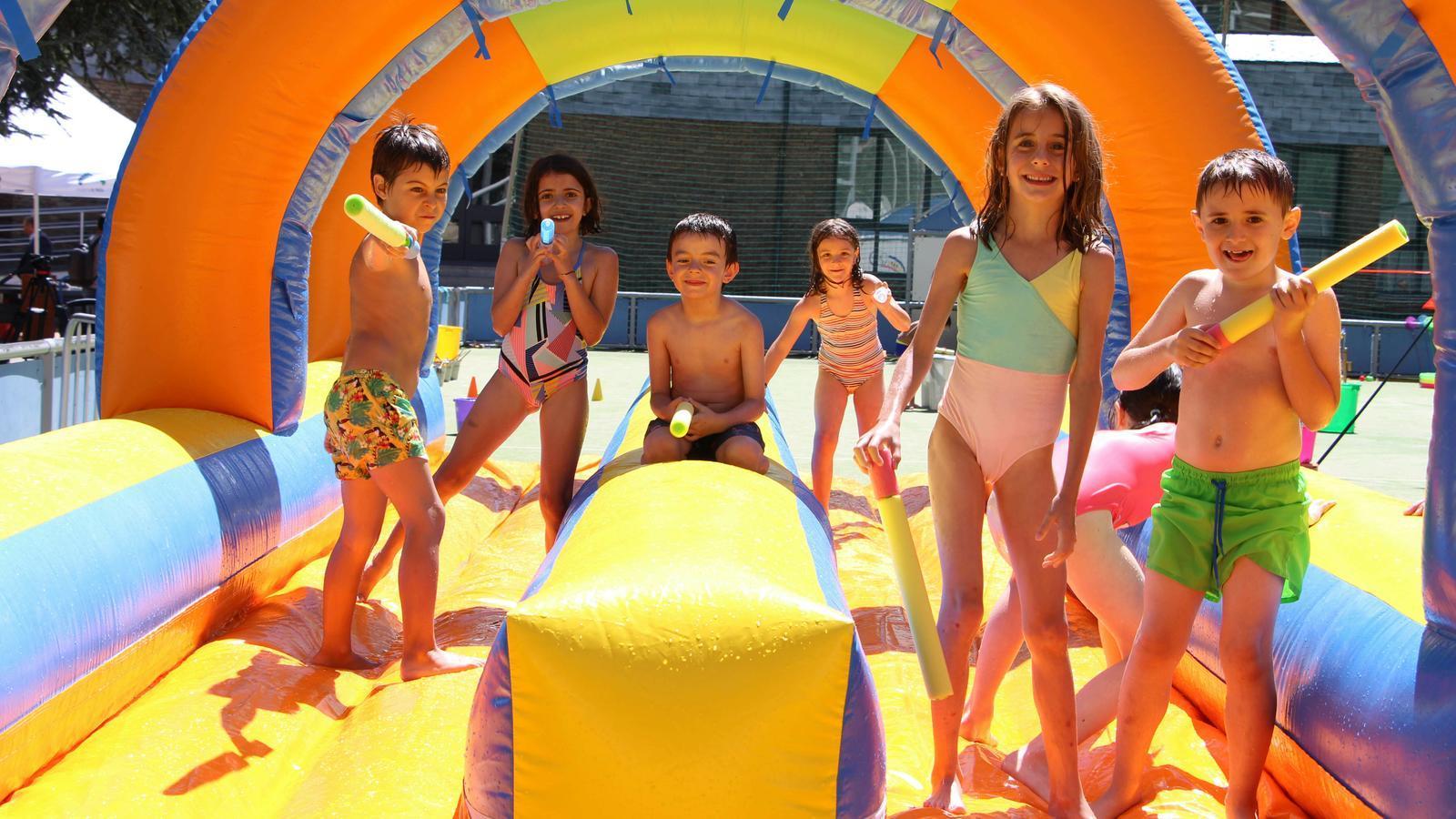 Un grup d'infants jugant en els inflables del nou aquaparc. / C. A.