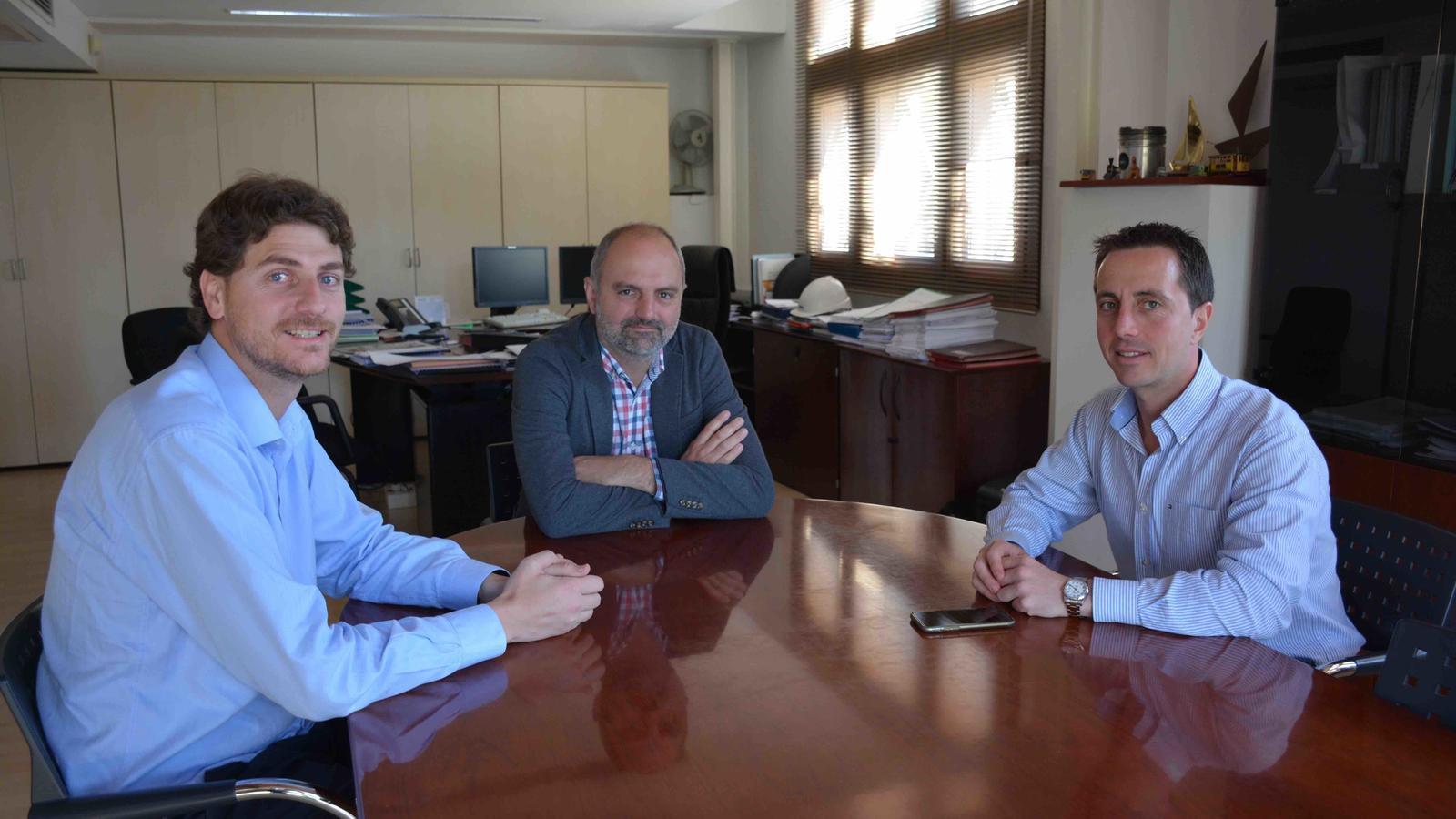 El batle de Campos, el director general de Transports i el batle de Santanyí, durant la reunió.