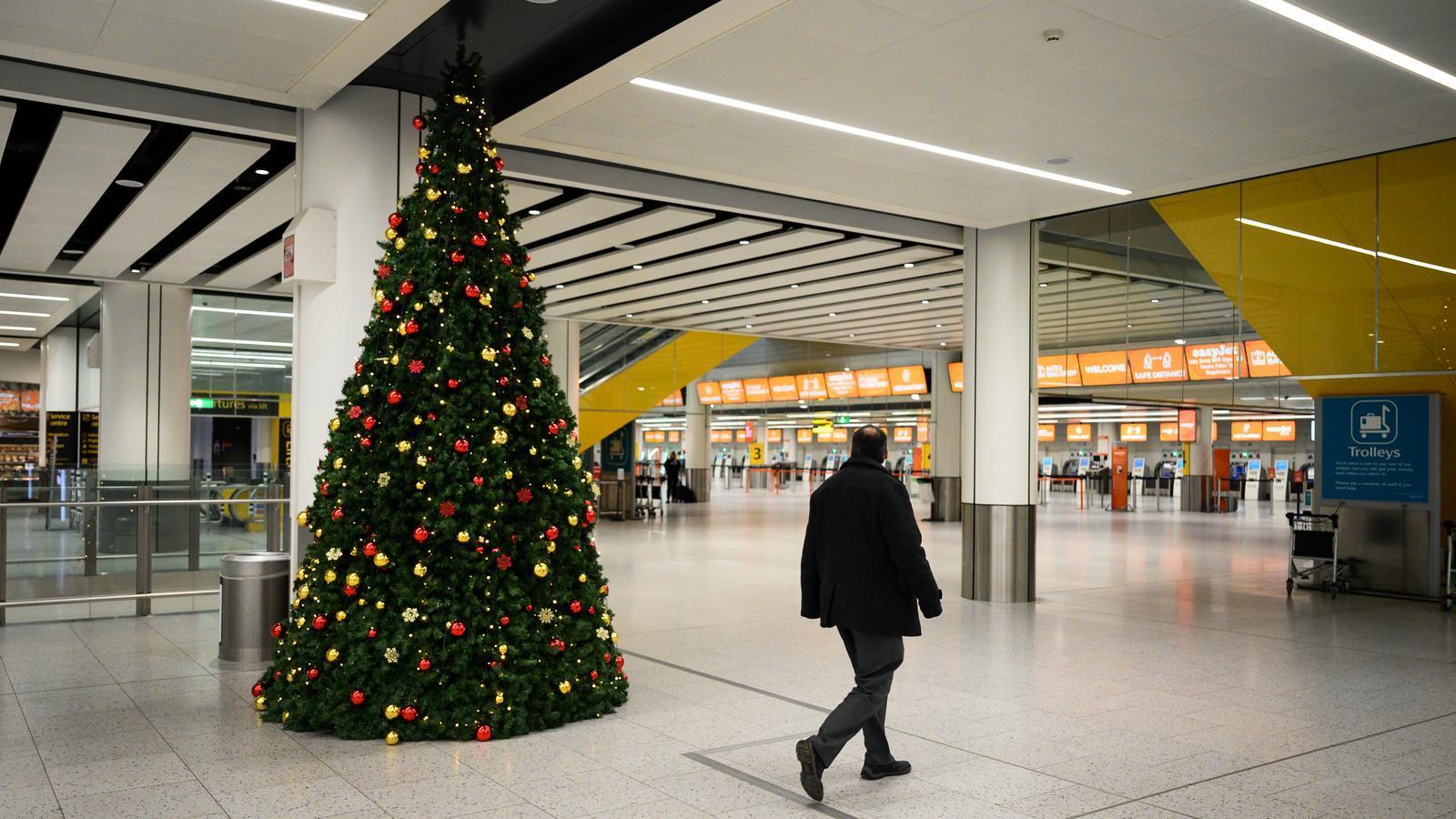 Una imatge de l'aeroport de Gatwick, l'únic de moment del Regne Unit que proporcionarà properament proves pera als passatgers que es desplacin a destins amb l'obligatorietat de presentar-los a l'arribada