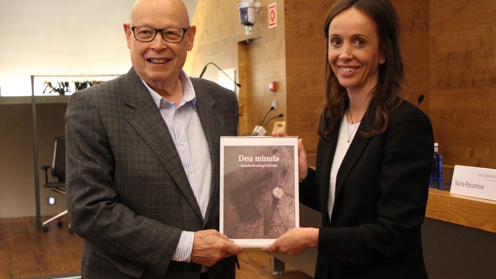 L'escriptor Joaquim Brustenga, i la directora de màrqueting global d'Andbank, Núria Rocamora, moments previs a la presentació de la novel·la. / M. P. (ANA)