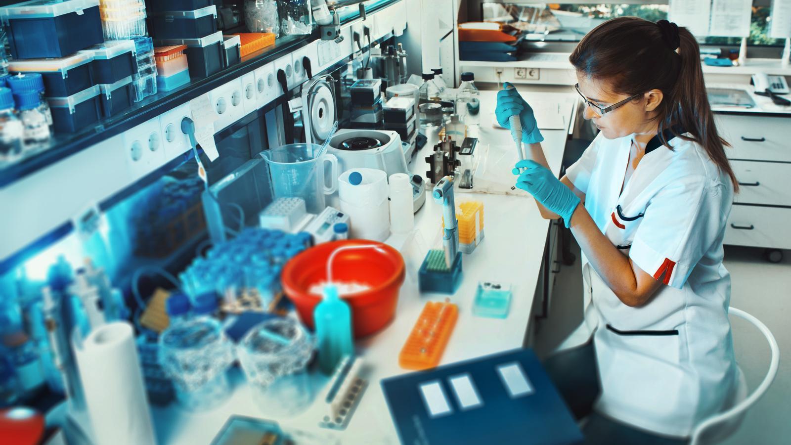 Una científica, treballant en un laboratori en una imatge d'arxiu