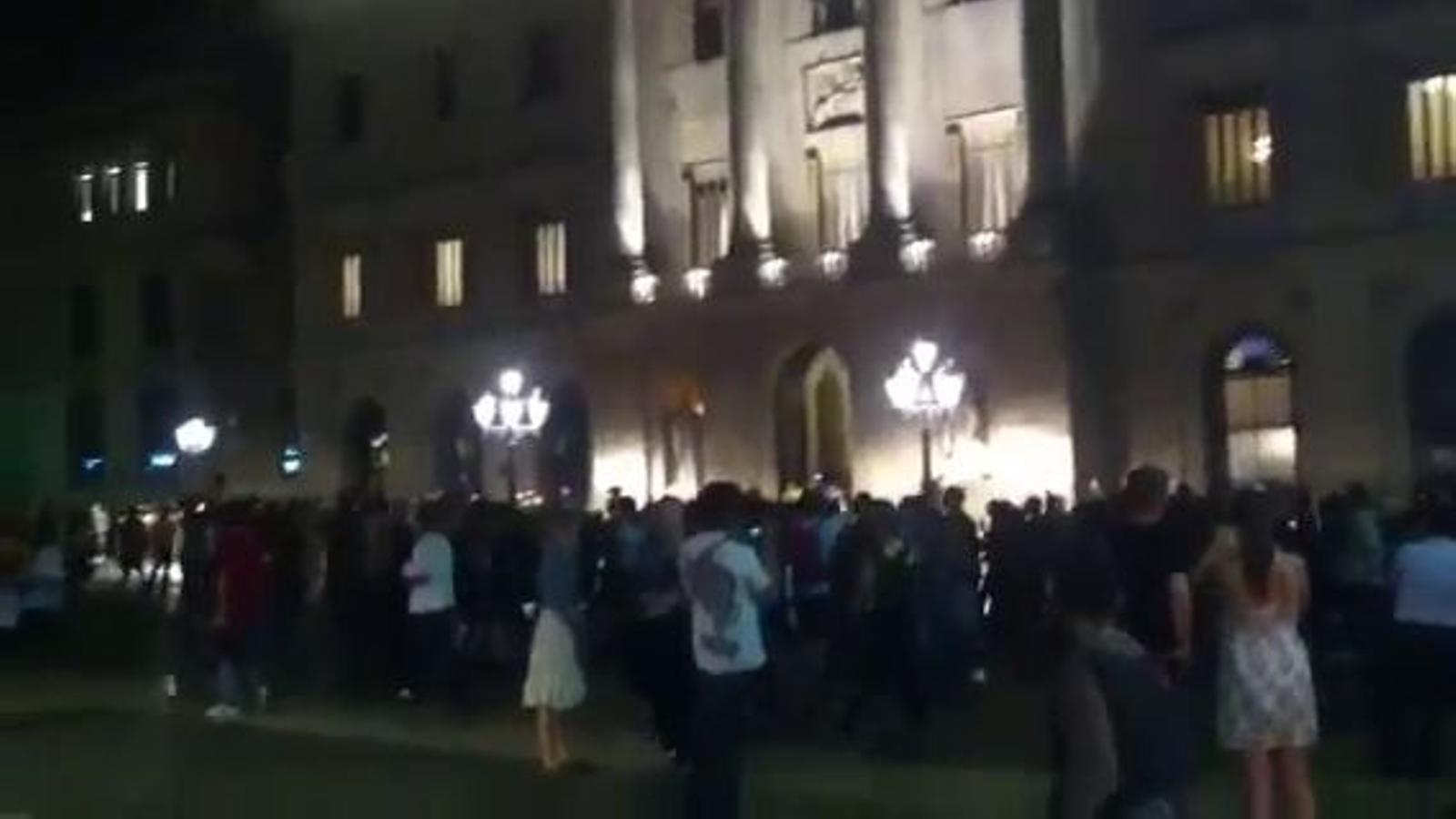 Els 'indignats' es concentren davant de la Generalitat contra les detencions pels fets del Parlament
