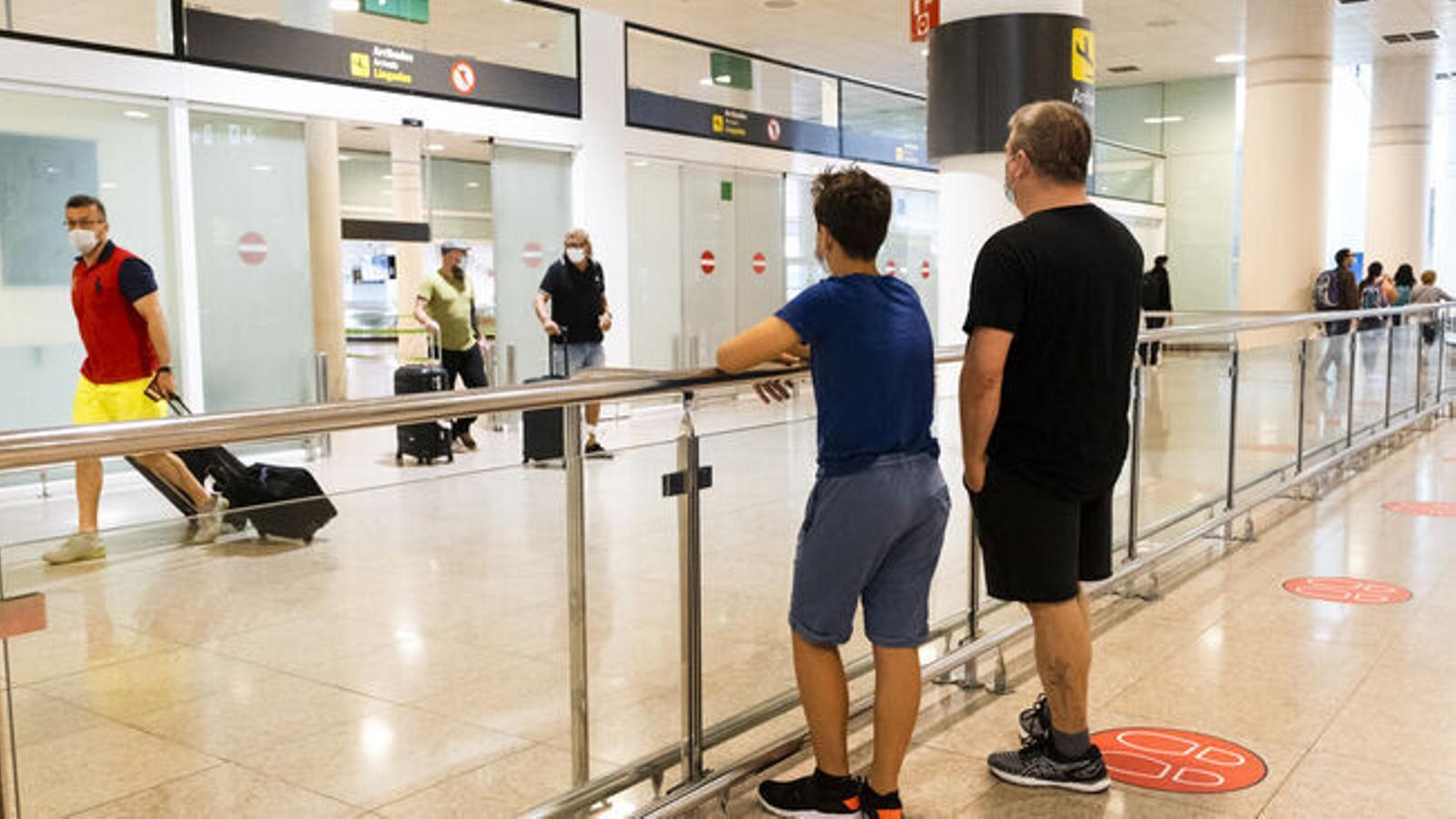 El Lucca, esperant a l'aeroport de Barcelona aquest matí que el seu pare arribés de Londres / MANUEL GARCÍA