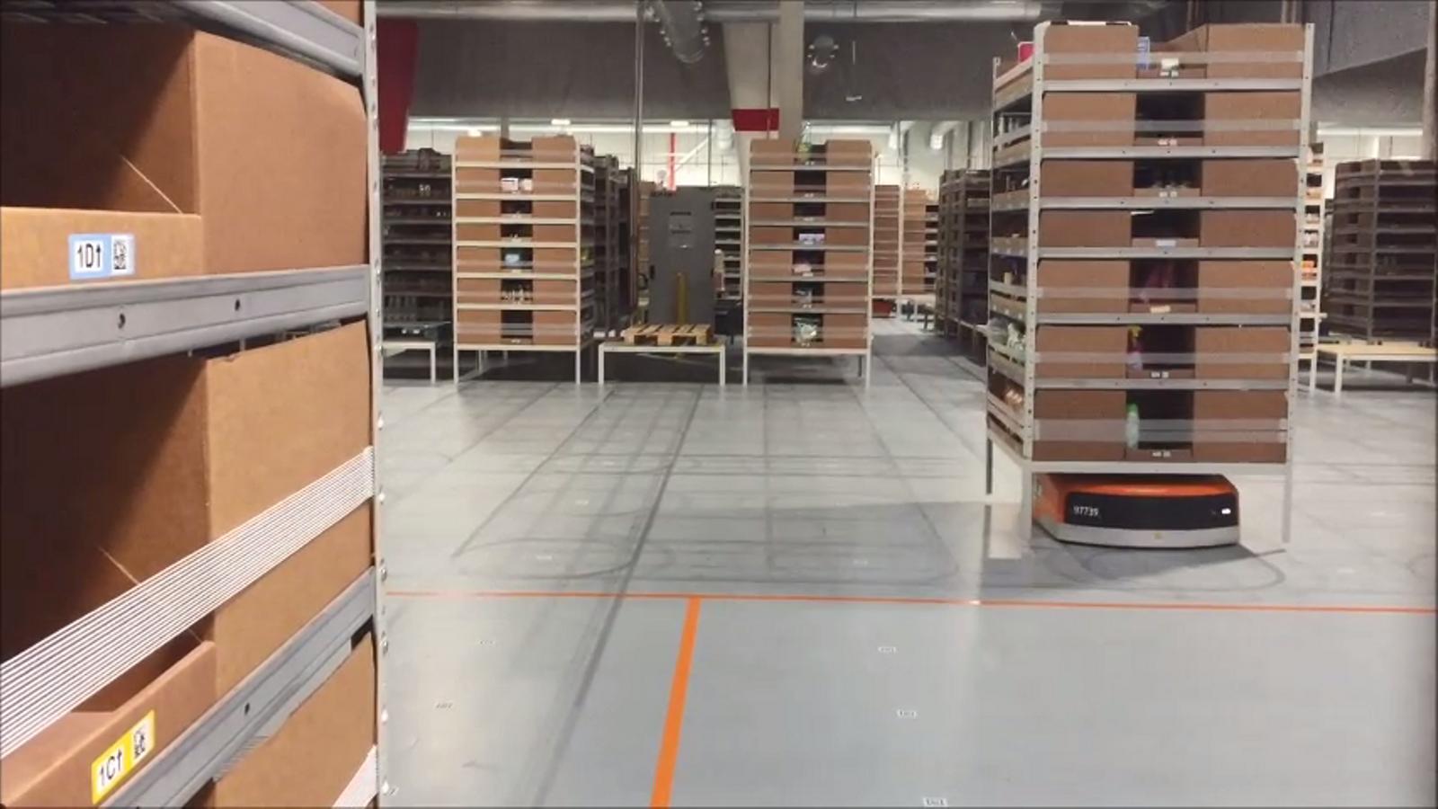 Així són els robots que treballen als magatzems catalans d'Amazon