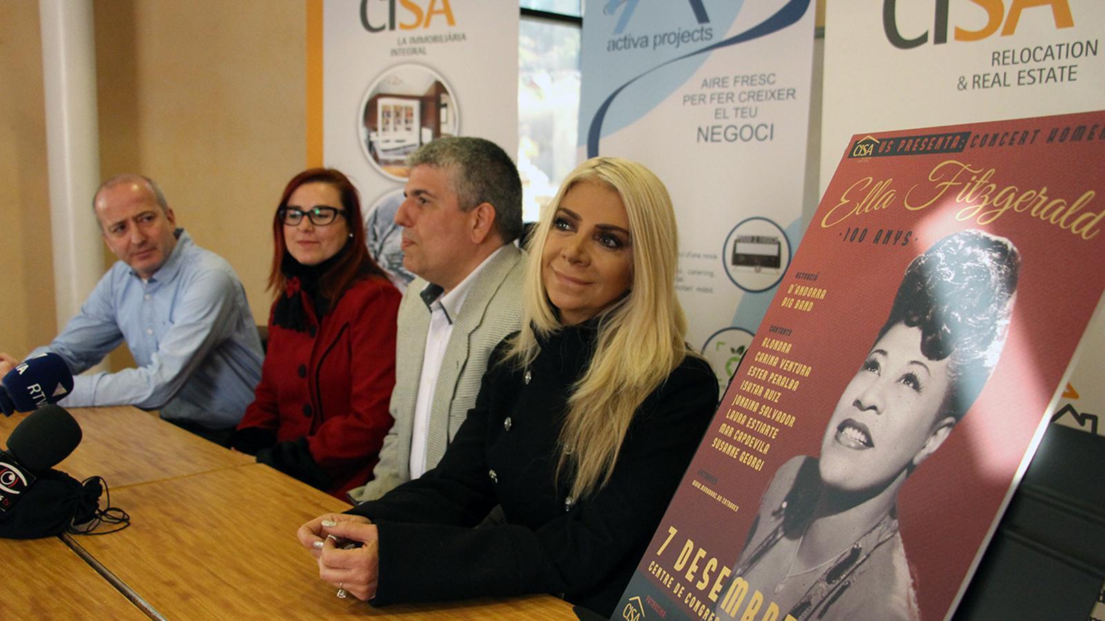 Jordi Barceló envoltat per les cantants Laura Laura Estiarte i Alondra. / M. M.