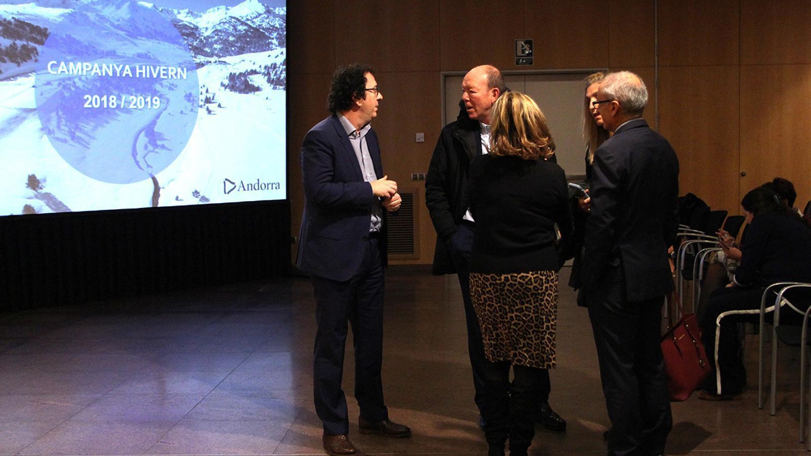 El gerent d'Andorra Turisme, Betim Budzaku, i el ministre de Turisme, Francesc Camp, conversen amb assistents a la presentació de la campanya. / M. F. (ANA)