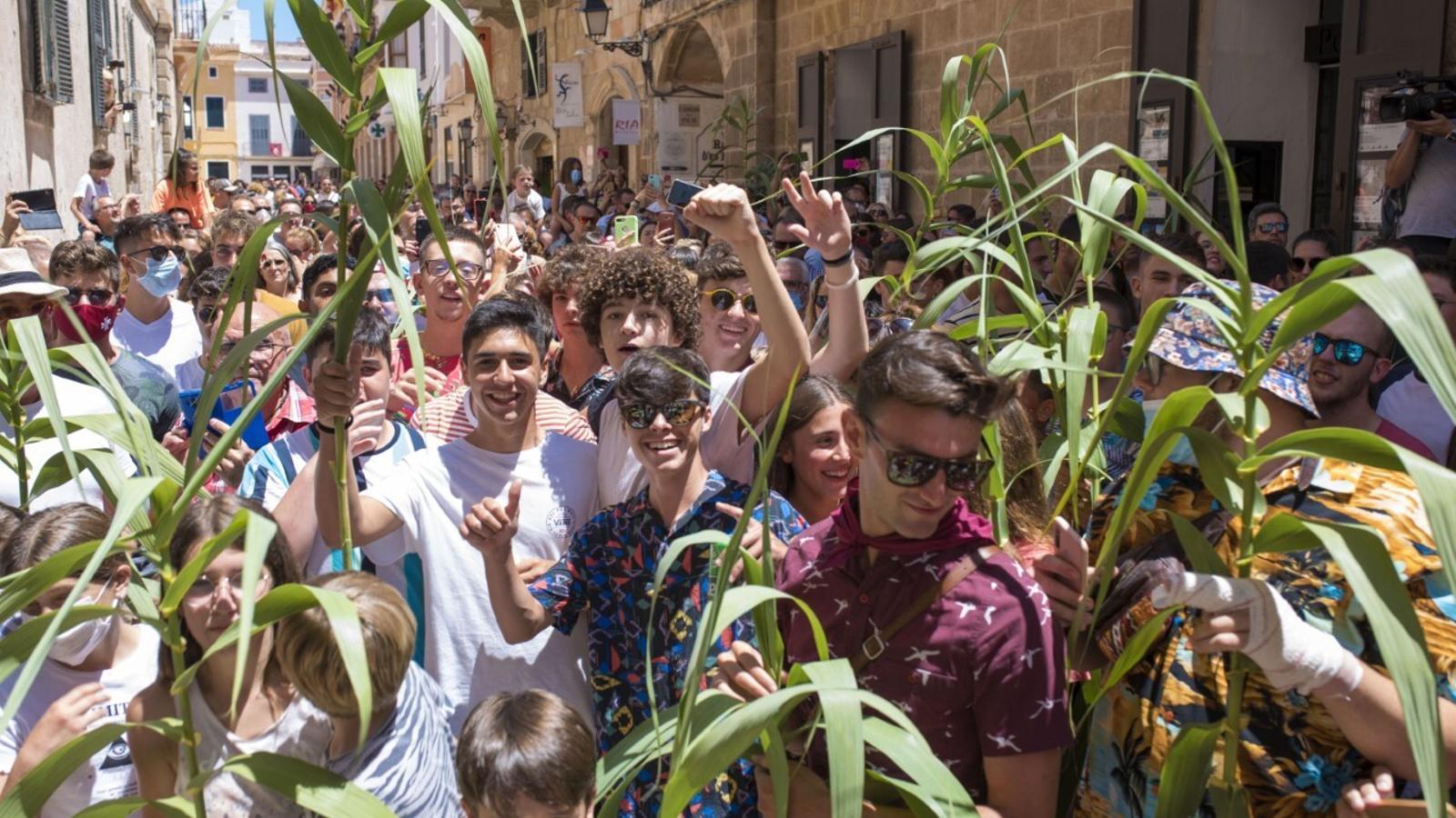 Centenars de persones han desafiat les mesures de prevenció de la covid-19 a Ciutadella.