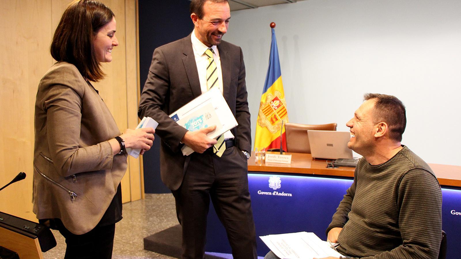 El ministre d'Ordenament Territorial en funcions, Jordi Torres, conversa amb el president de la comissió d'accessibilitat, Albert Llovera, abans de la presentació del manual de bones pràctiques. / M. F. (ANA)
