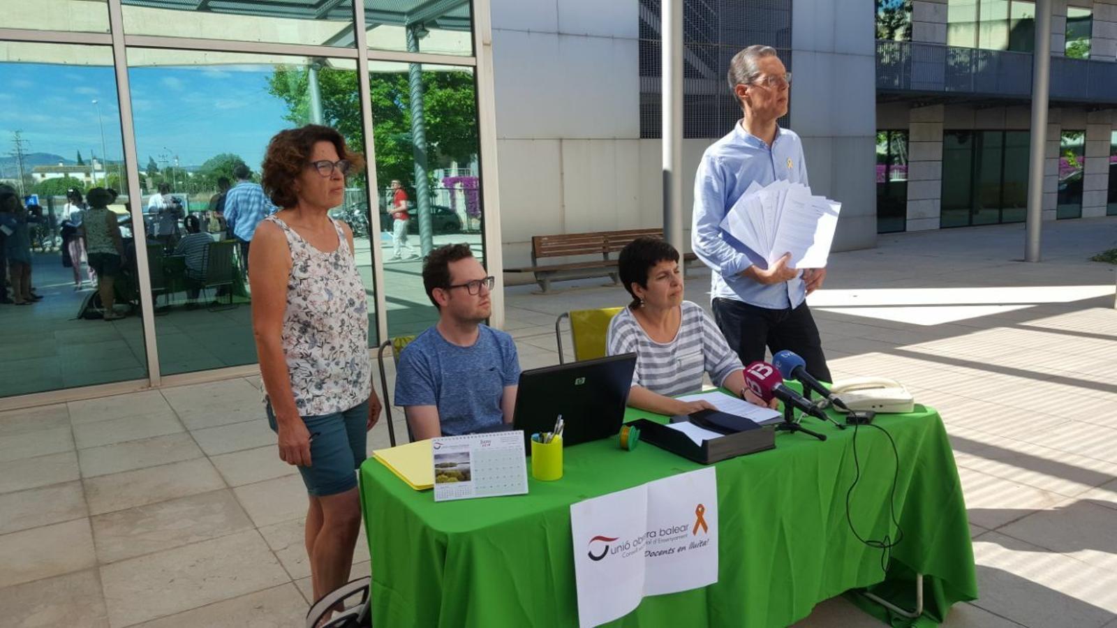 Representants del sindicat UOB a la part exterior de l'edifici on hi ha la conselleria d'Educació