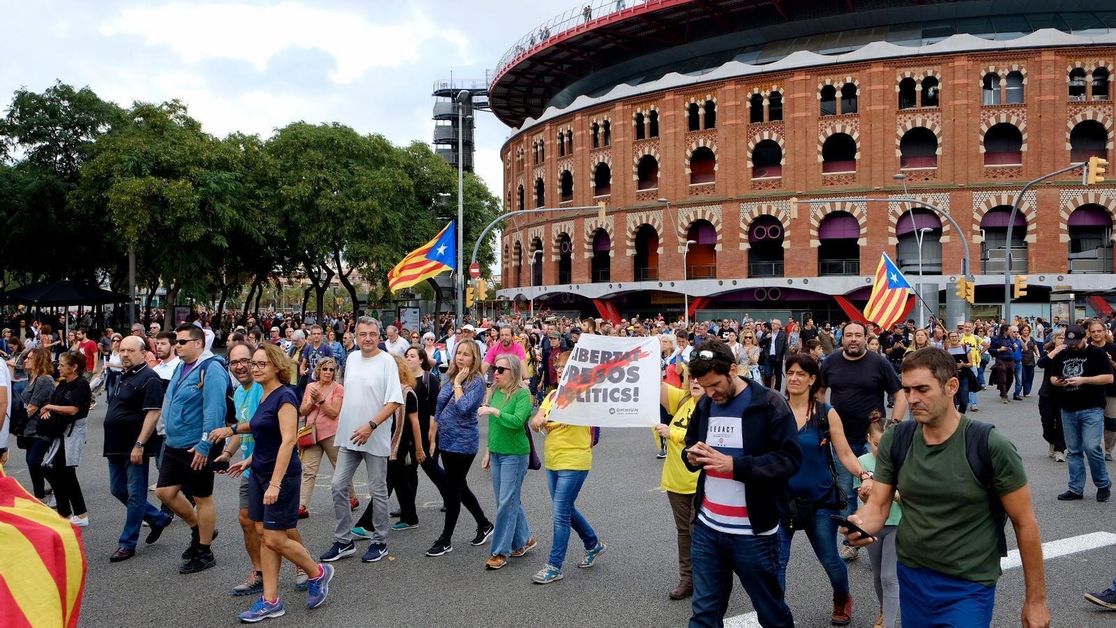 Manifestants a la plaça Espanya de Barcelona / MANOLO GARCÍA