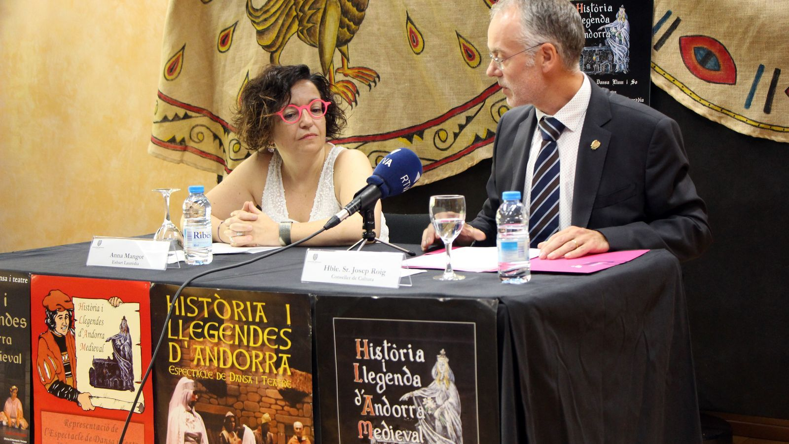 Anna Mangot, de l'Esbart Laurèdia, i Josep Roig, conseller de Cultura del comú de Sant Julià, presenten el nou espectacle de videomapatge. / C.G.