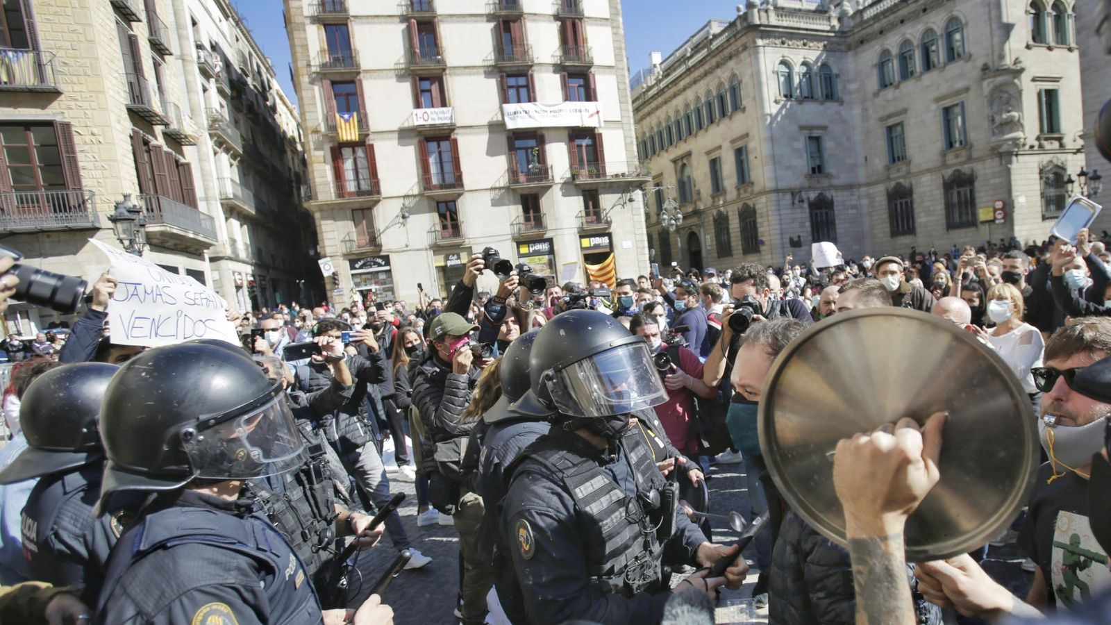 Els restauradors i els comerciants s'han manifestat a la plaça Sant Jaume per protestar contra el tancament de 15 dies