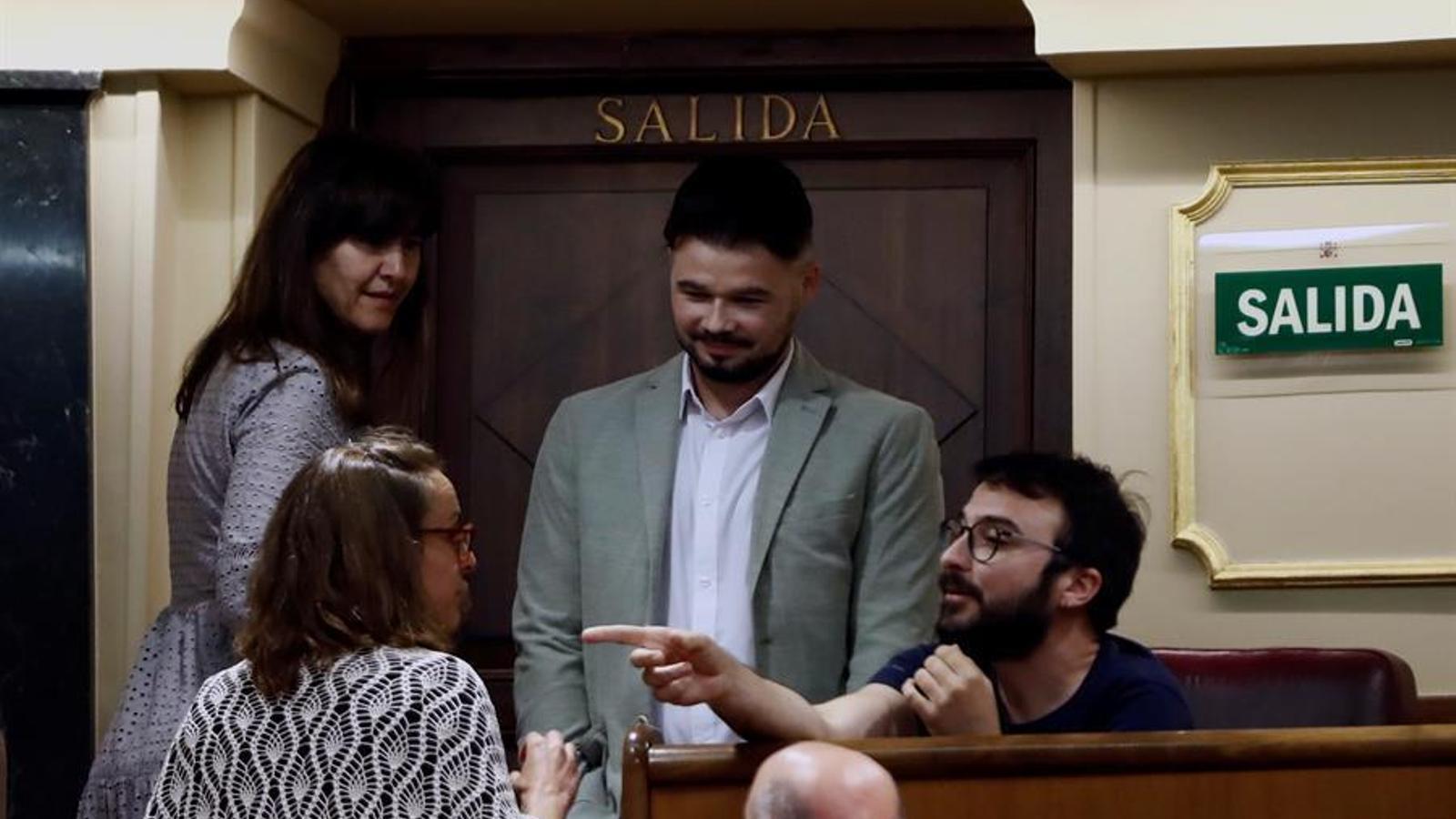 Els diputats de la CUP i els portaveus d'ERC, Gabriel Rufián, i JxCat, Laura Borràs, durant el ple del Congrés