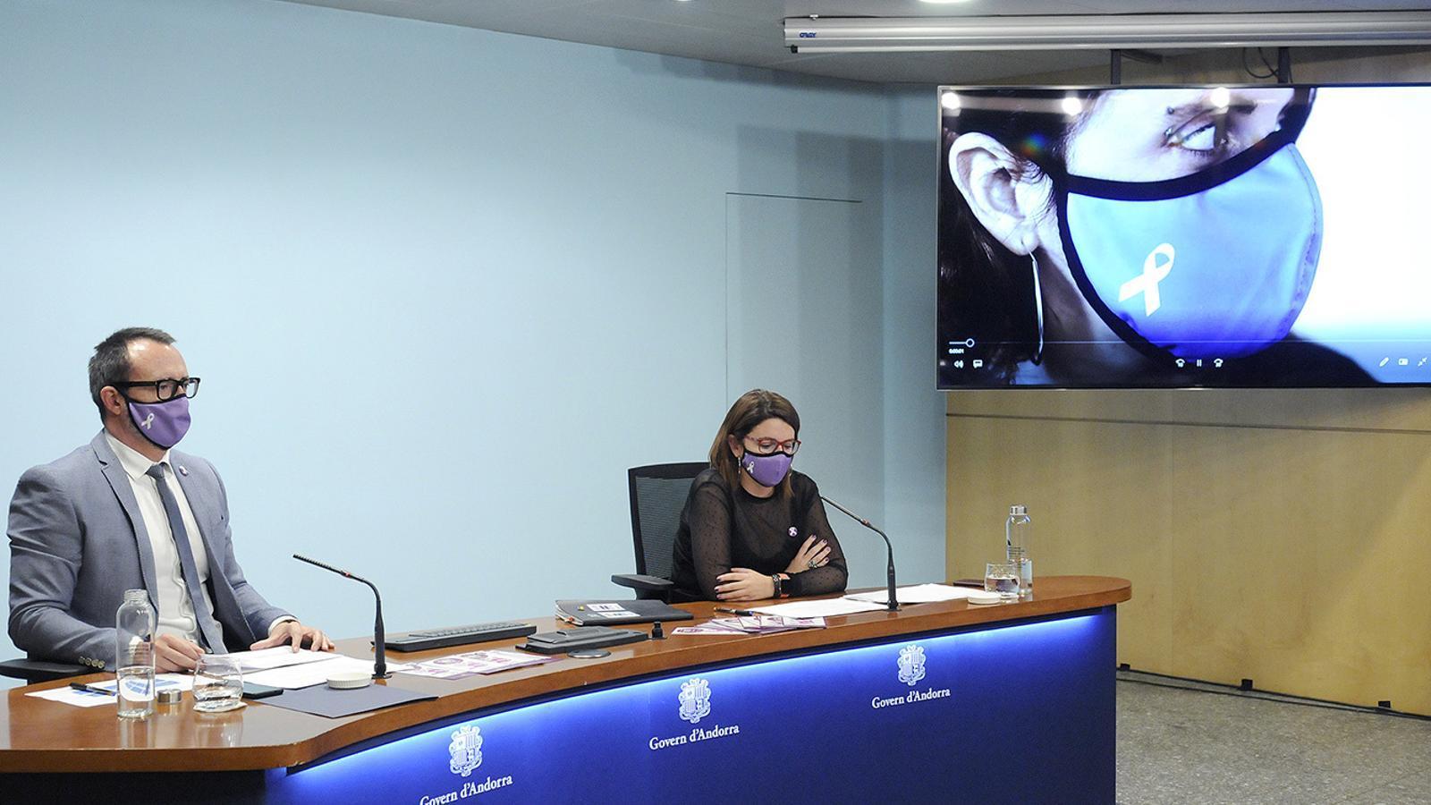 El ministre d'Afers Socials, Habitatge i Joventut, Víctor Filloy, i la cap de l'àrea de Polítiques d'Igualtat, Mireia Porras, durant la roda de premsa. / SFG