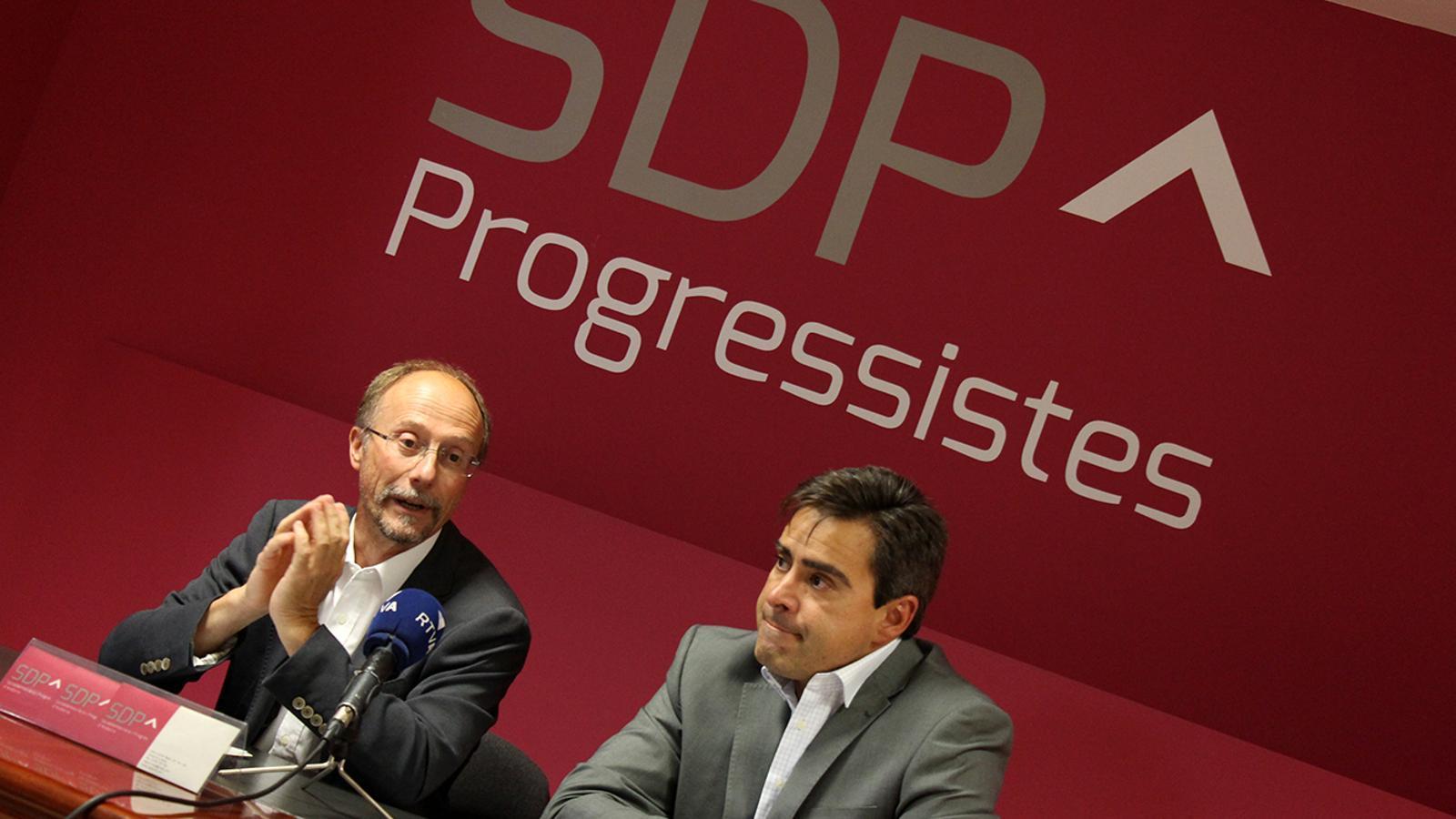 El conseller general d'SDP, Víctor Naudi i el membre de la Comissió política nacional d'SDP, David Pérez, durant la roda de premsa. / M. M.