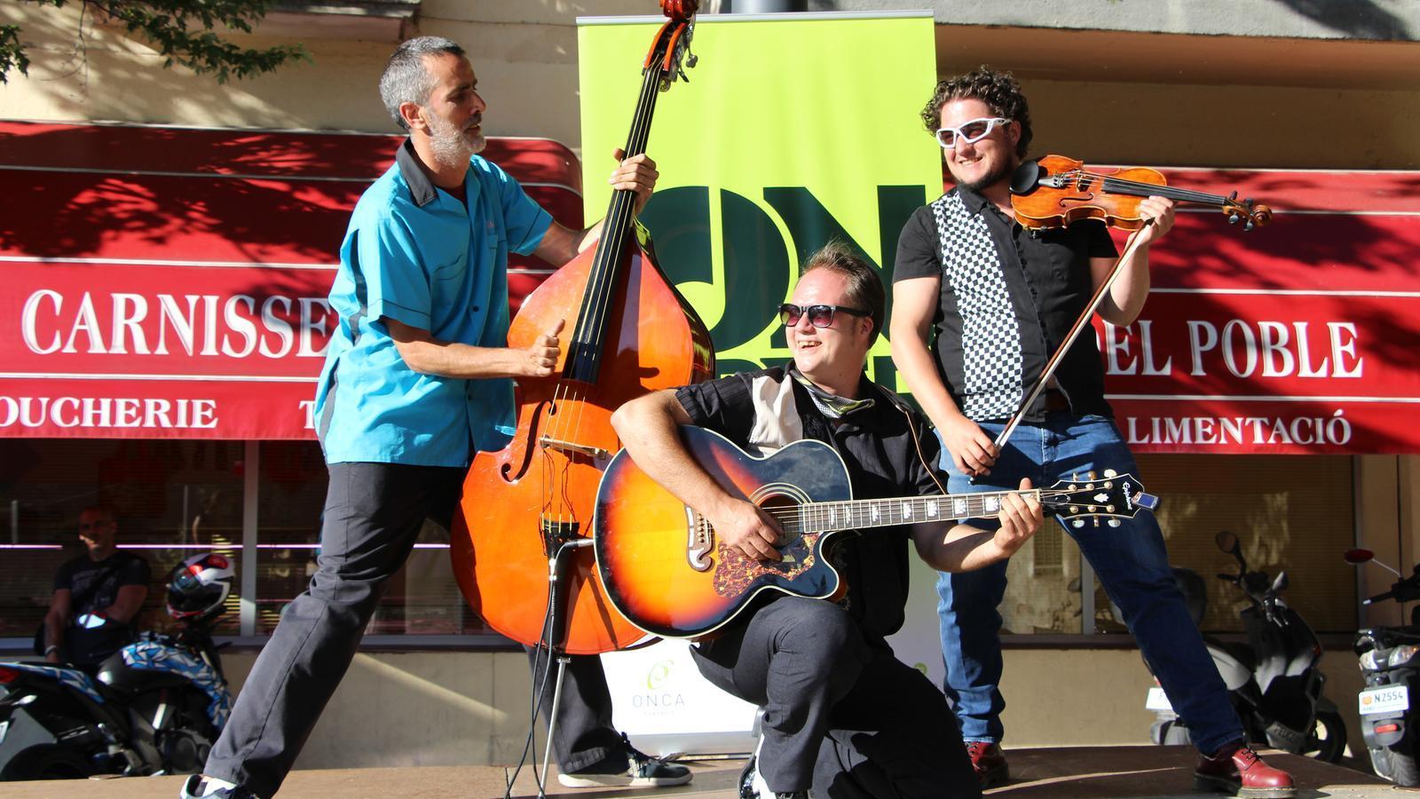 D'esquerra a dreta: Òscar Llauradó al contrabaix, Manel Soriano a la guitarra i Elias Porter a violí en el concert del cicle ON-Carrer. / A. S. (ANA)