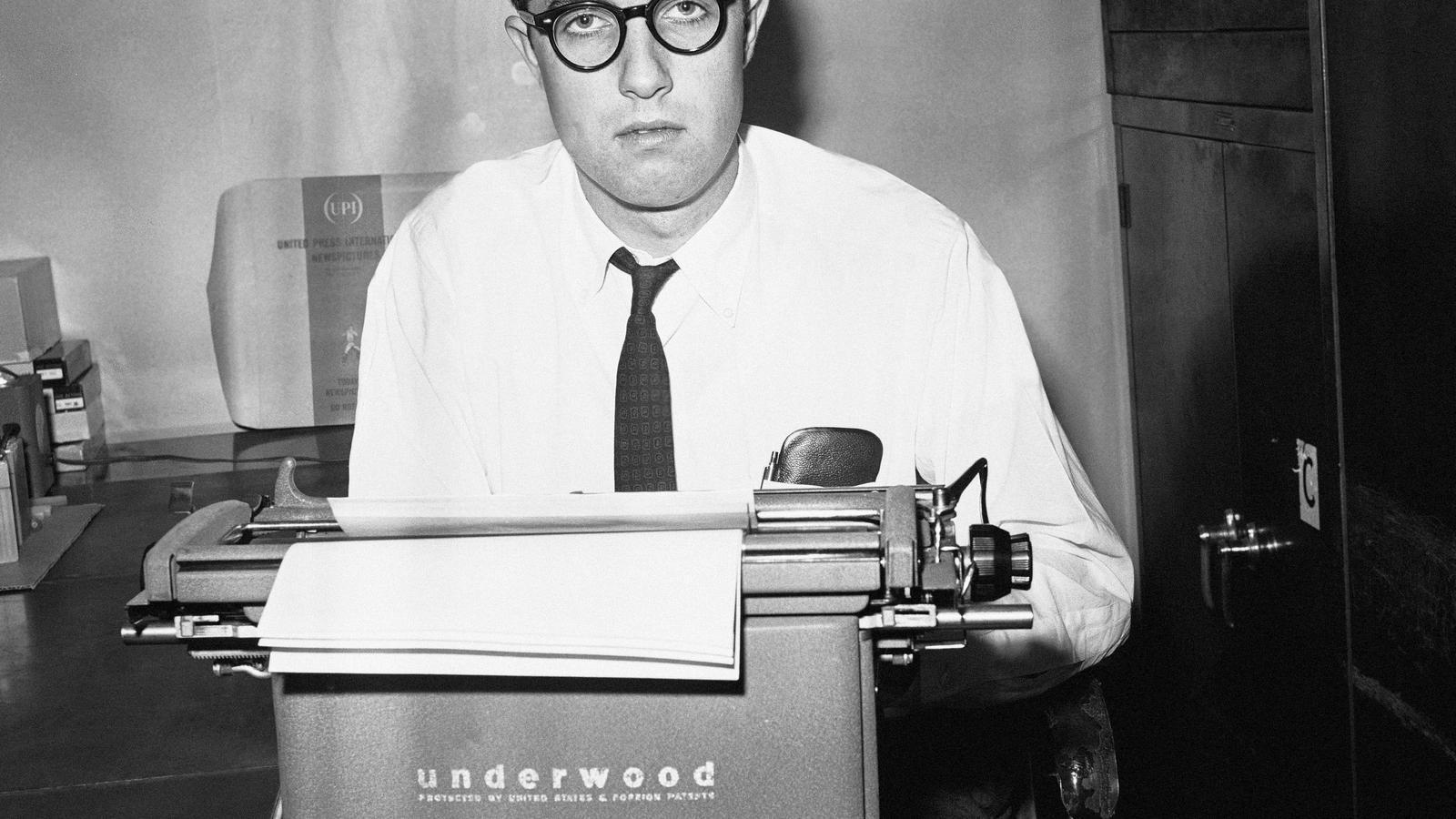 El reporter Neil Sheehan assegut a la seva màquina d'escriure