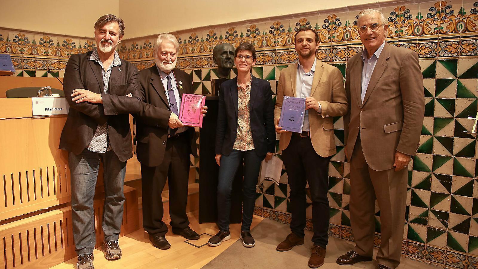Foto de família a l'IEC amb el bust de Francesc de Borja Moll.