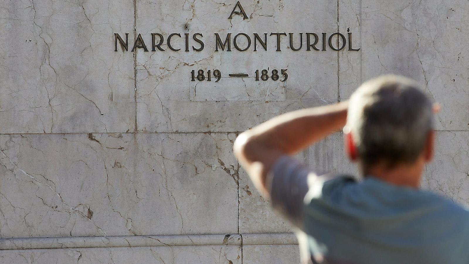 01. Monument a Narcís Monturiol a la Rambla de Figueres. 02. Rèplica de l'Ictíneo I situada al Museu Marítim de Barcelona.