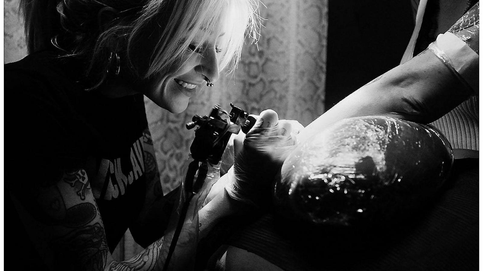 La tatuadora Marta Bermúdez en una de les seves sessions de gravat