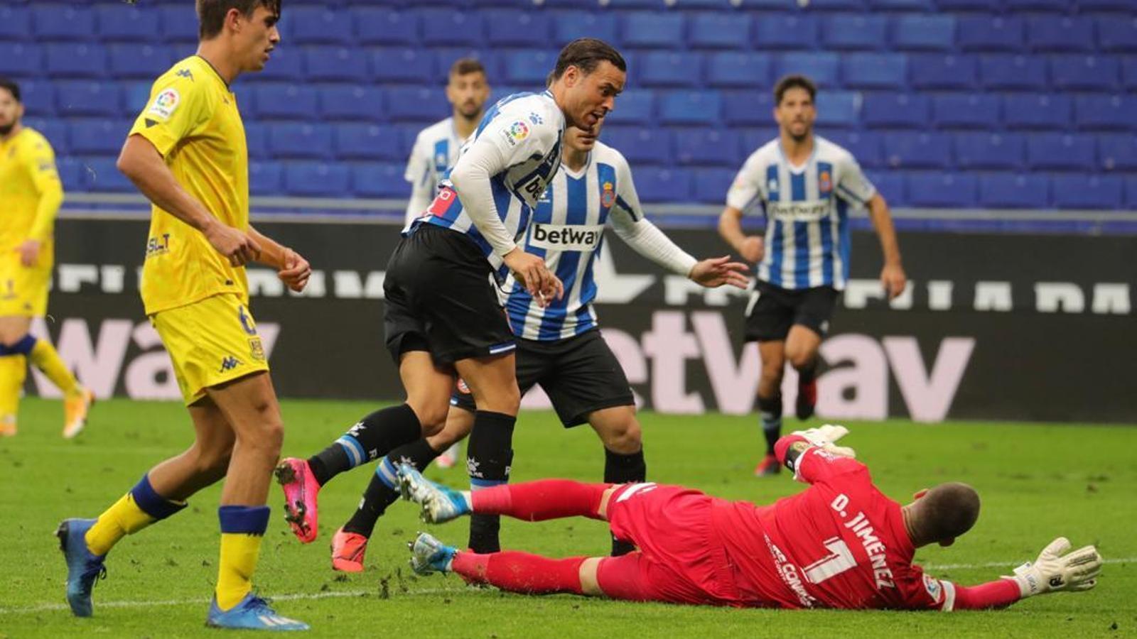 Raúl de Tomás, en l'acció on ha anotat el gol de l'Espanyol contra l'Alcorcón