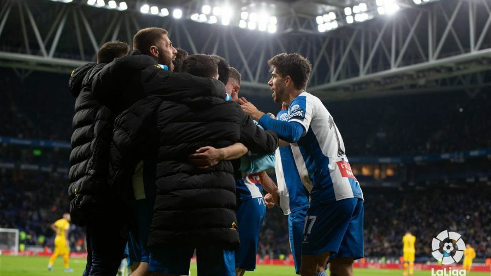 Els jugadors de l'Espanyol fan pinya després de marcar un gol en el derbi contra el Barça