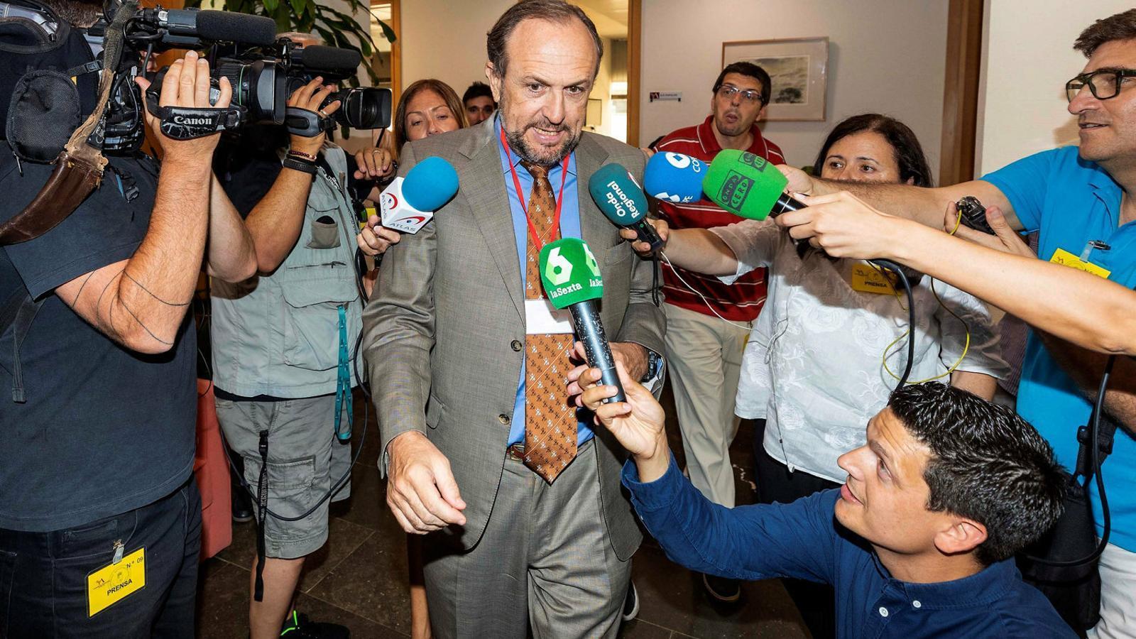 El líder de Vox a Múrcia, Luis Gestoso, a la sessió d'investidura del candidat del PP.